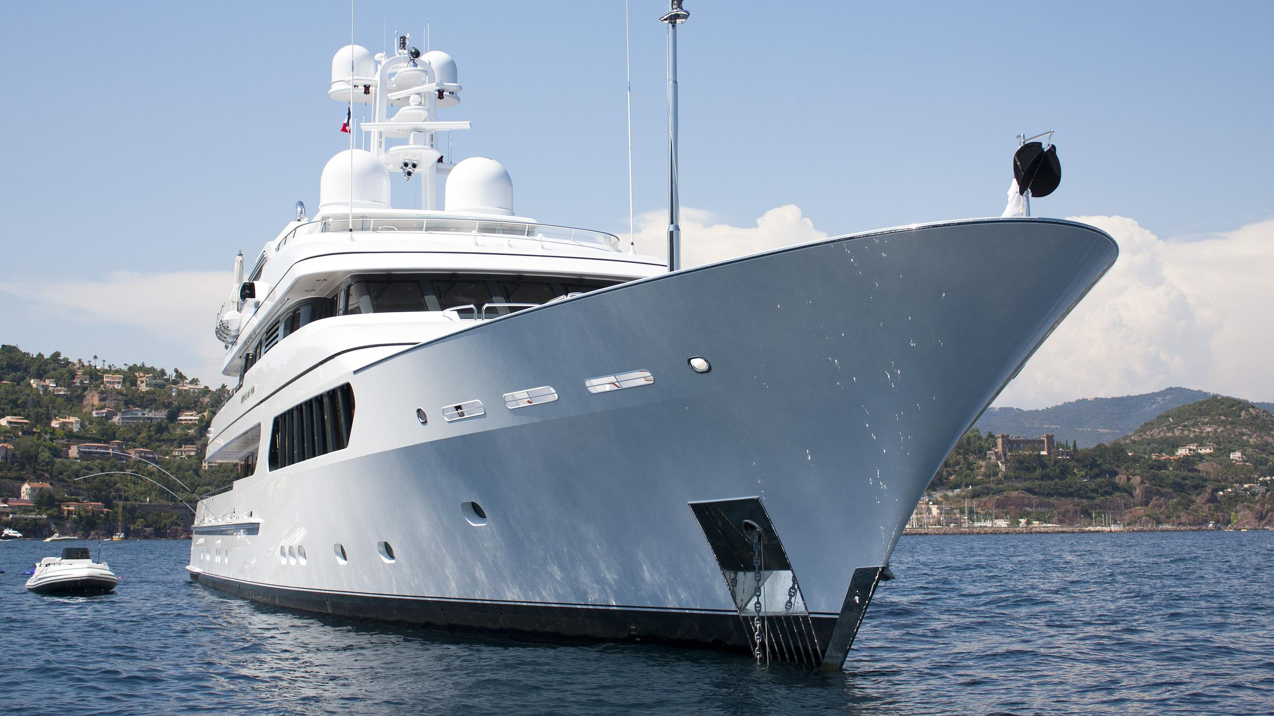 hurricane-run-motor-yacht-feadship-2009-53m-bow