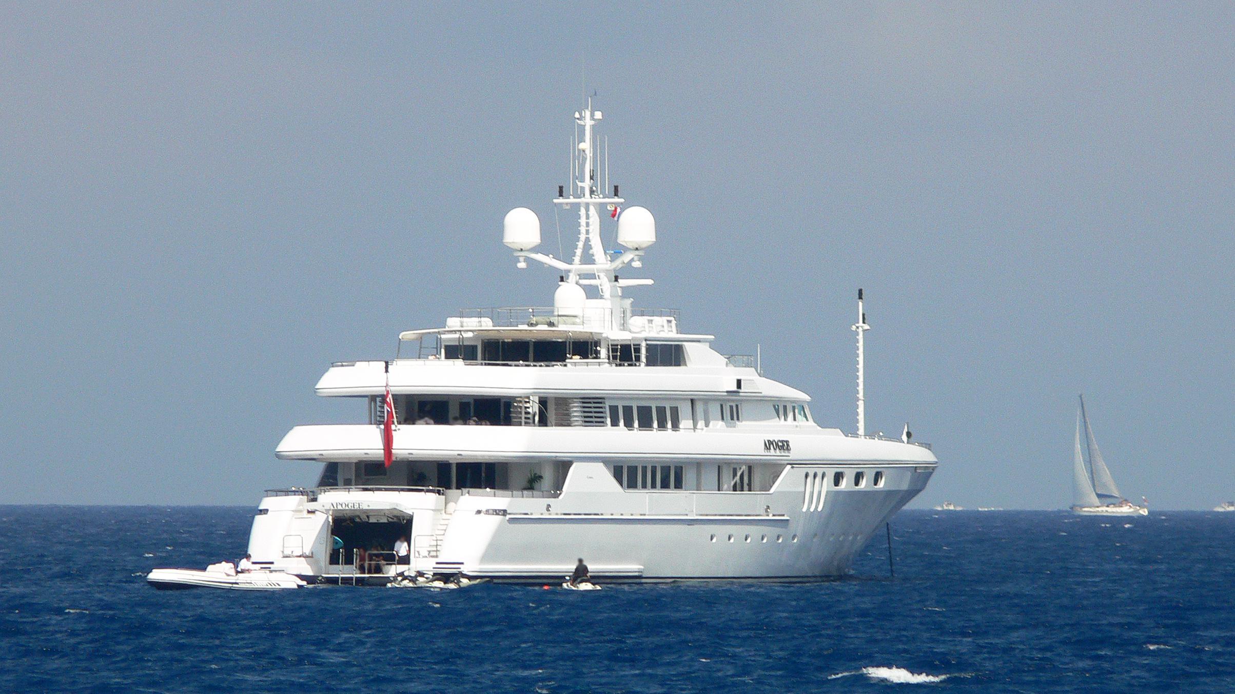 apogee-motor-yacht-codecasa-2003-62m-stern
