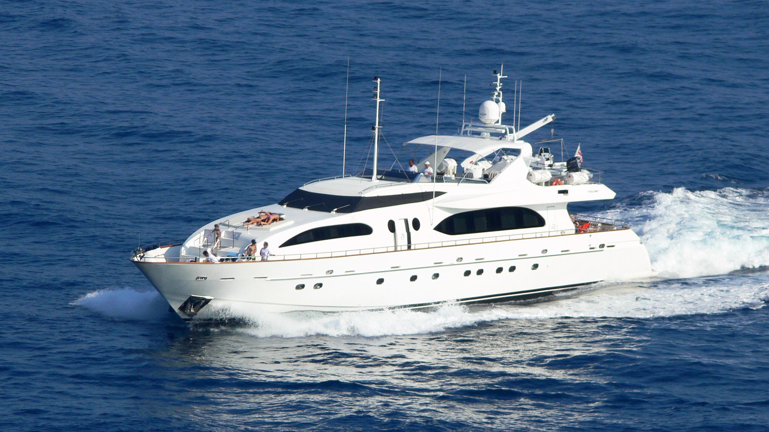 ester-motor-yacht-falcon-115-2007-35m-cruising-half-profile