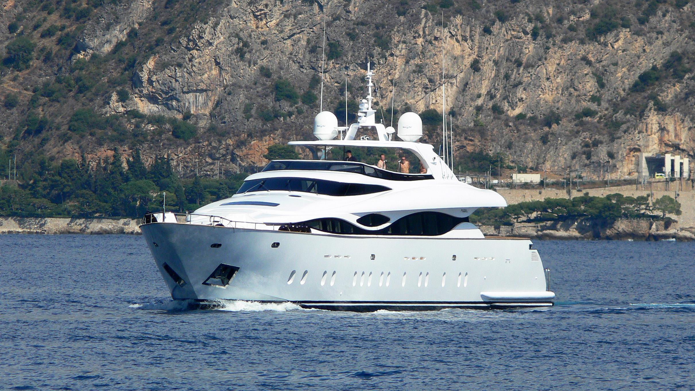 hunter-motor-yacht-maiora-38dp-2008-40m-cruising-bow