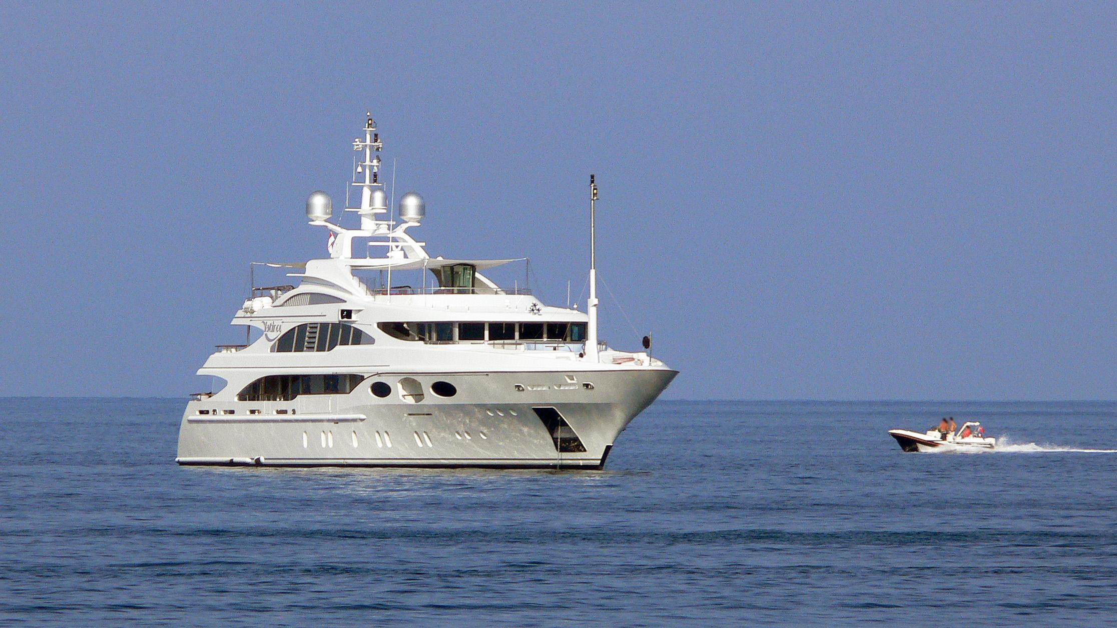 latitude-motor-yacht-benetti-2008-52m-bow