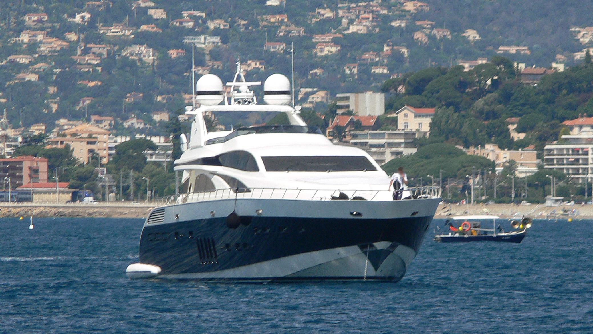 lis-motor-yacht-leopard-32-sport-2007-32m-bow