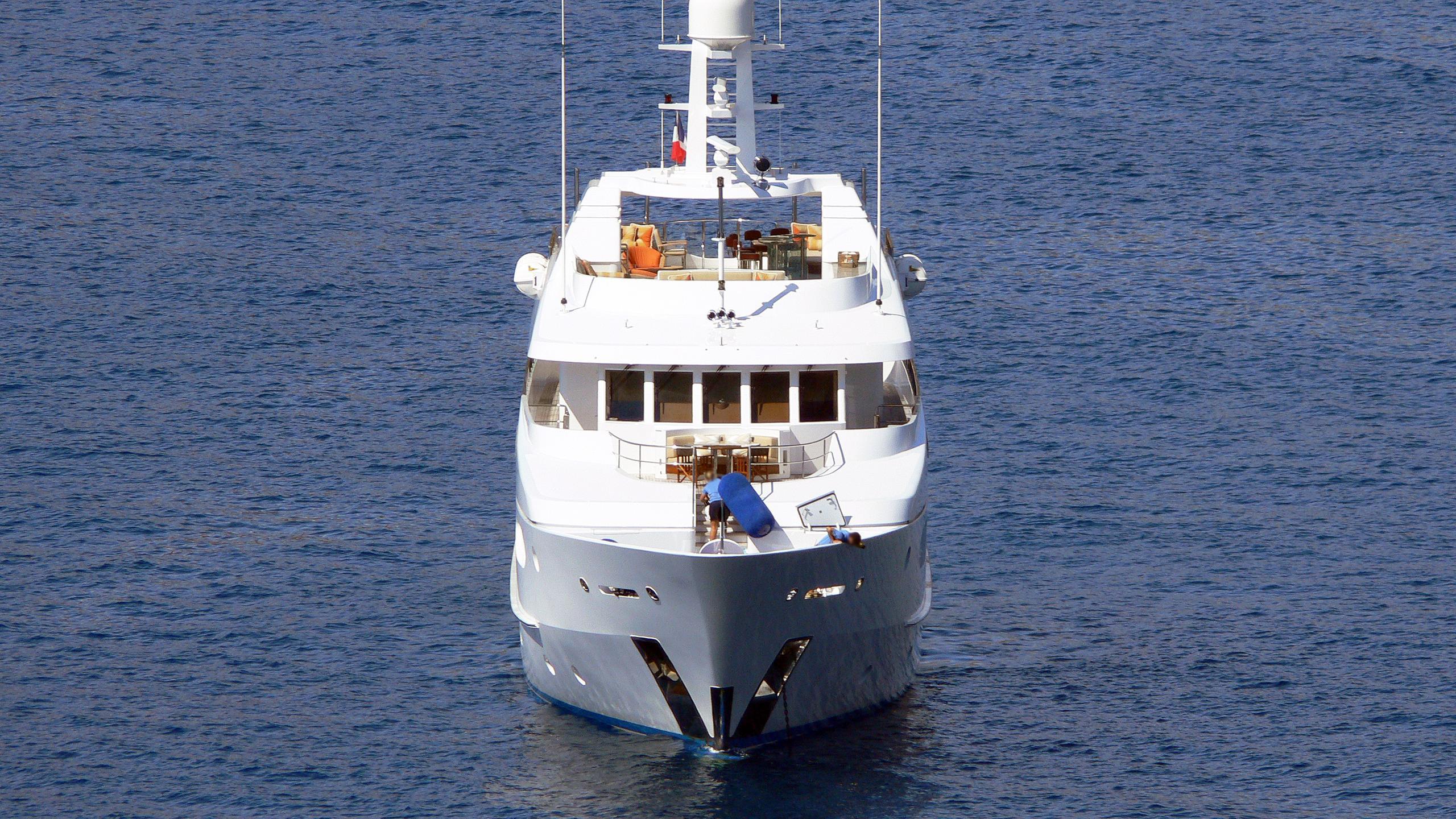 perle-bleue-motor-yacht-hakvoort-2007-38m-bow