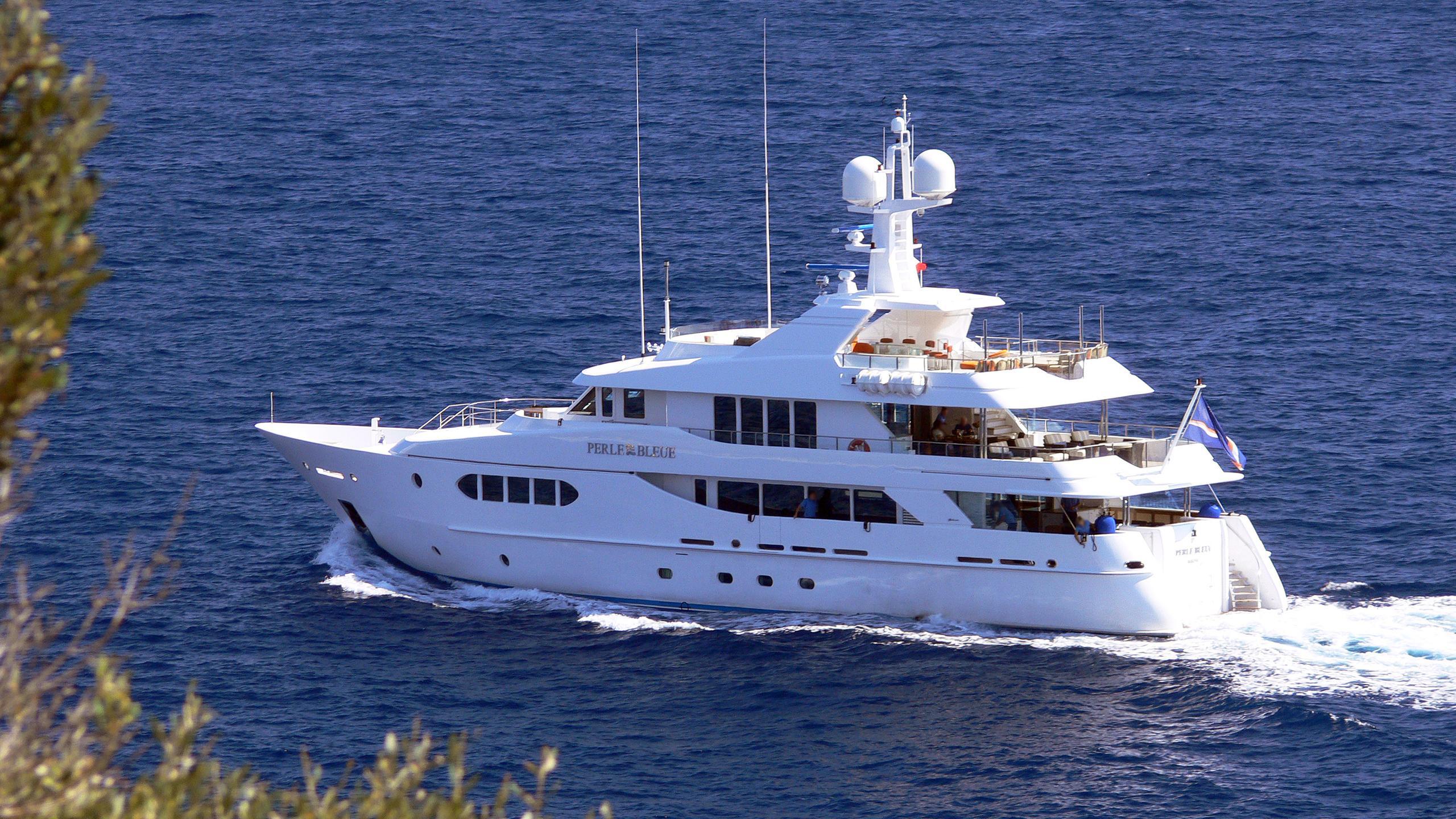 perle-bleue-motor-yacht-hakvoort-2007-38m-stern
