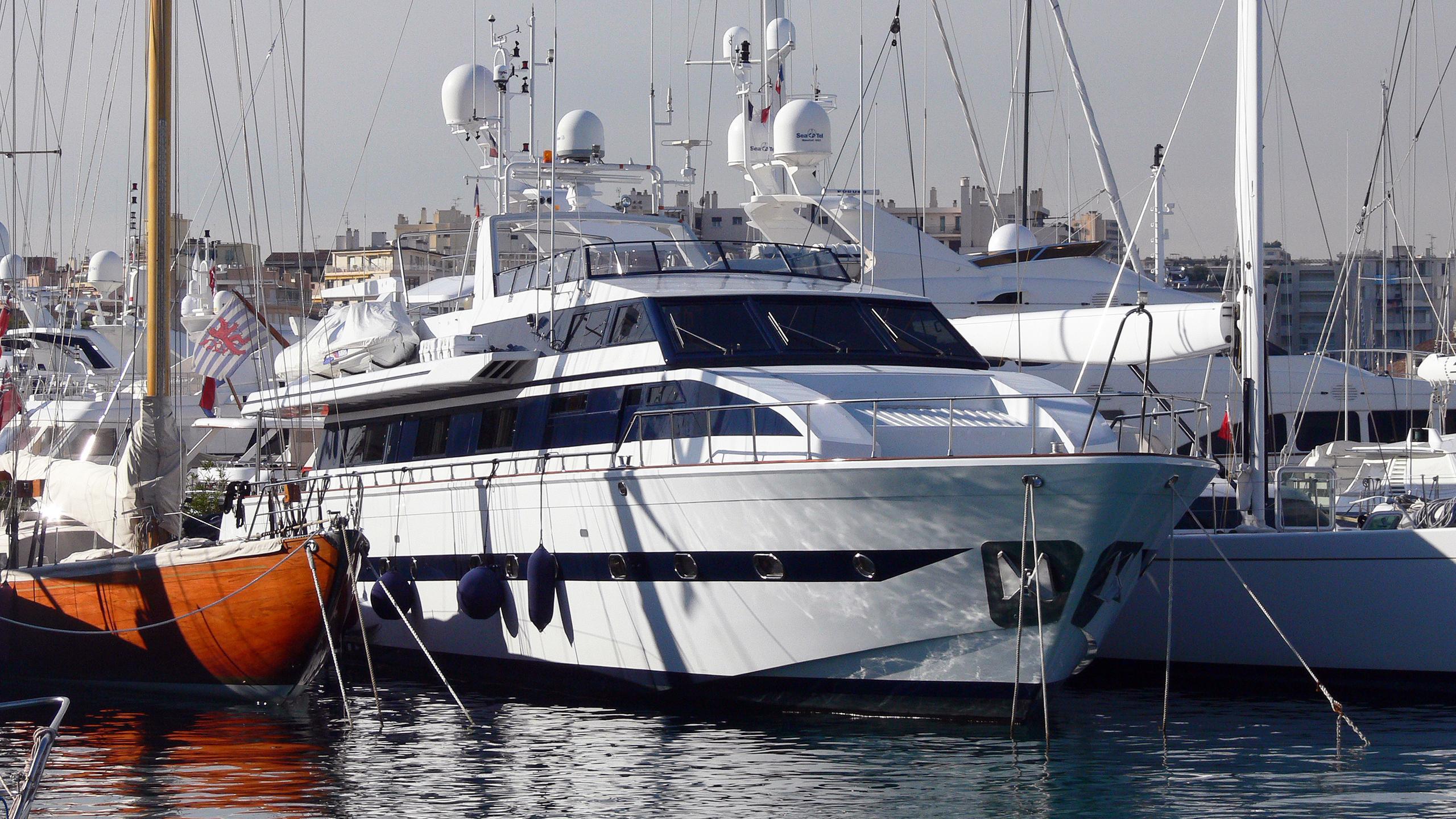 queen-south-motor-yacht-versilcraft-super-challenger-1987-30m-bow