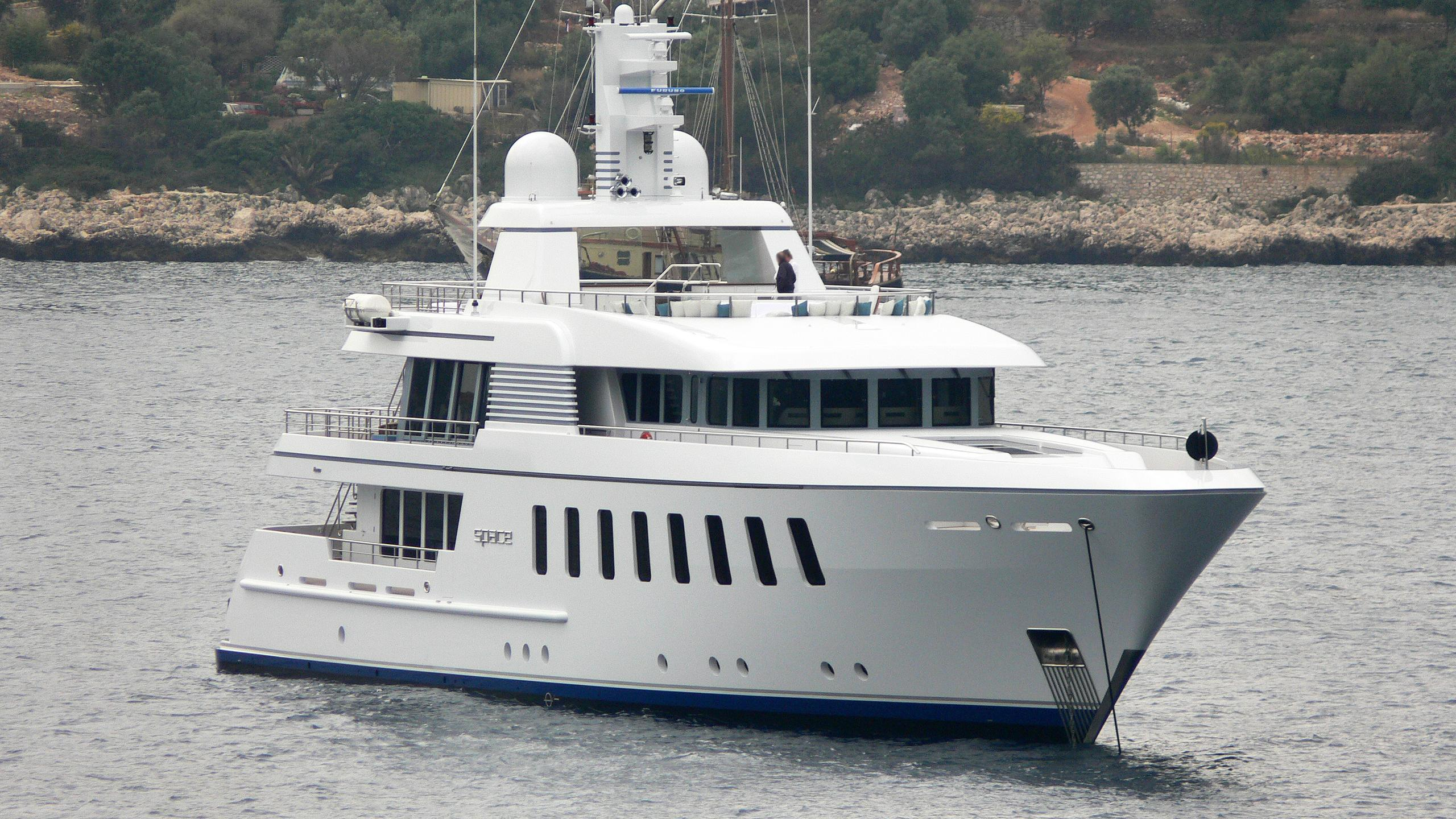 space-motor-yacht-feadship-f45-vintage-2007-45m-bow
