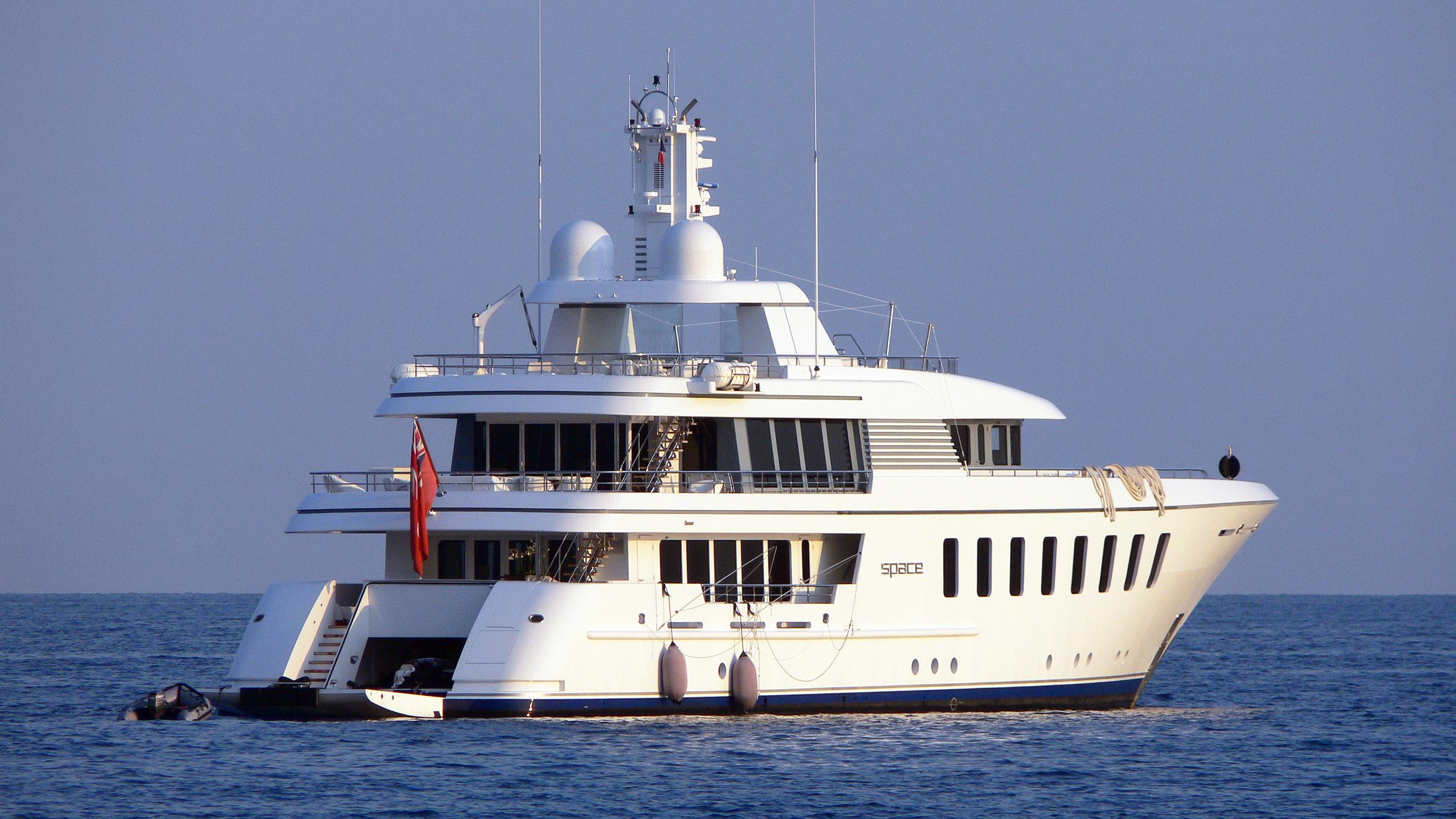 space-motor-yacht-feadship-f45-vintage-2007-45m-stern