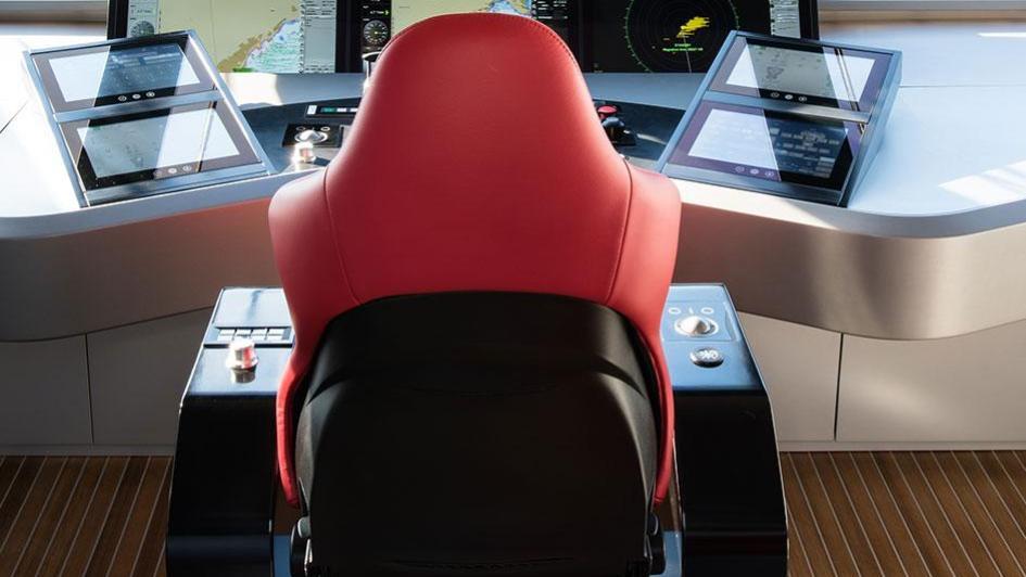 silver-wind-motor-yacht-isa-140-2014-44m-captain-bridge