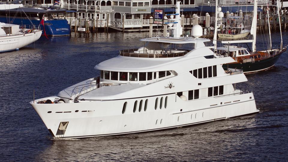coco-viente-tuscan-sun-motor-yacht-izar-2006-45m-half-profile-bow