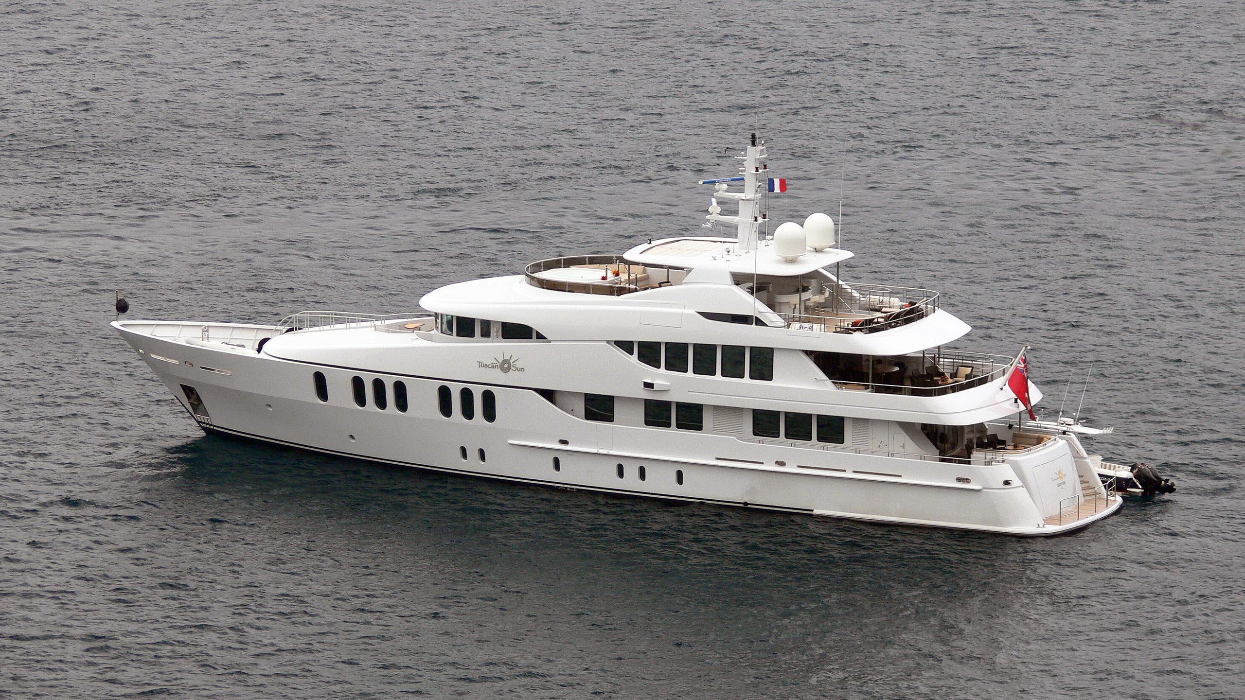 coco-viente-tuscan-sun-motor-yacht-izar-2006-45m-half-profile