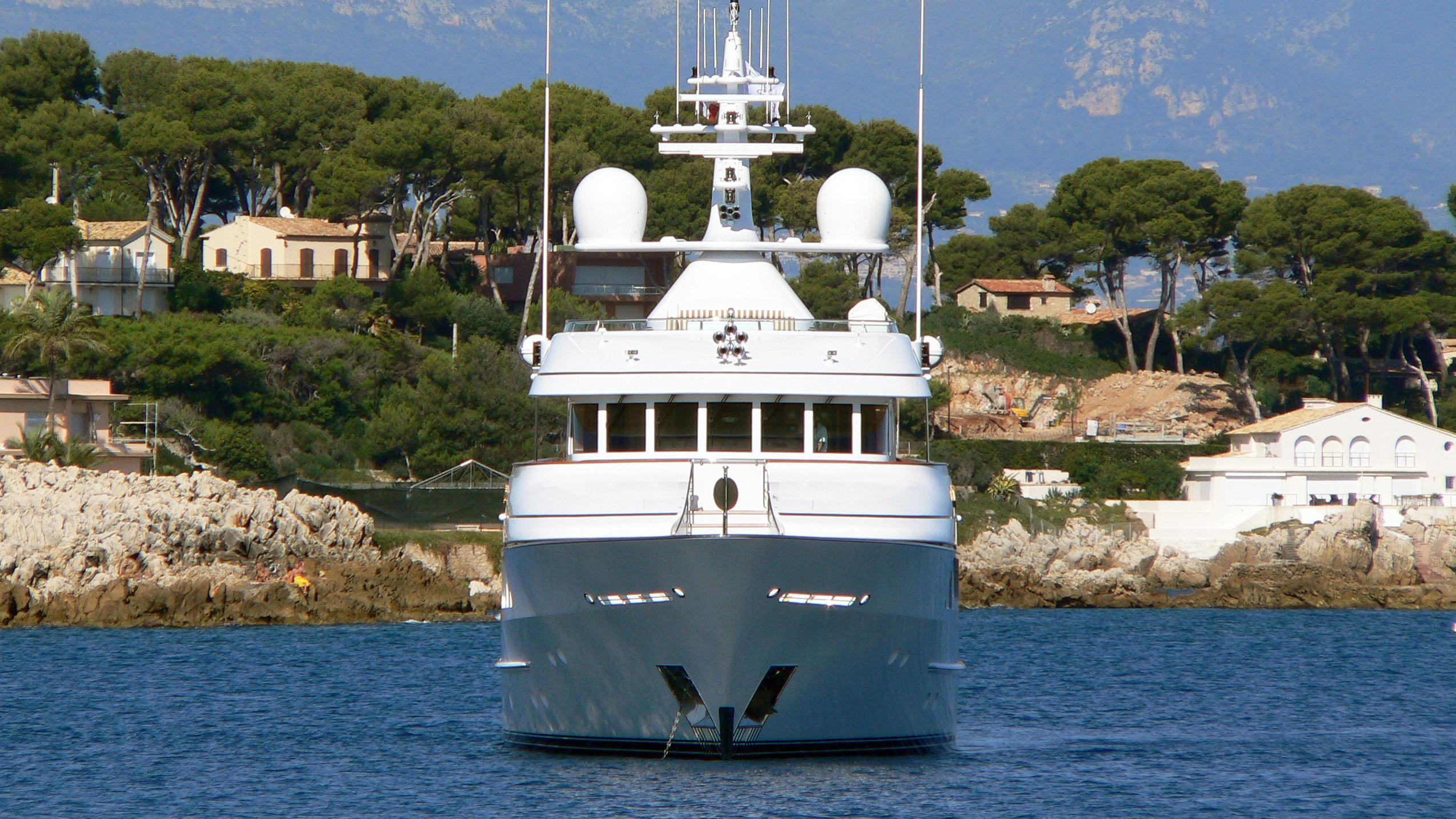 lady-india-motor-yacht-feadship-2003-39m-bow