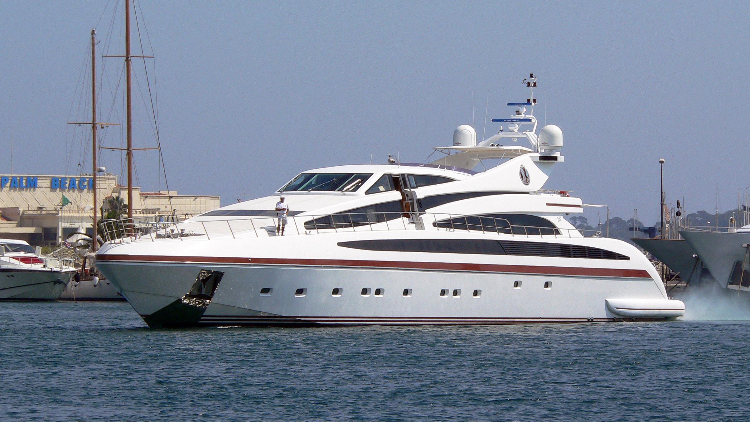 samja-motor-yacht-isa-133-2004-41m-cruising-half-profile