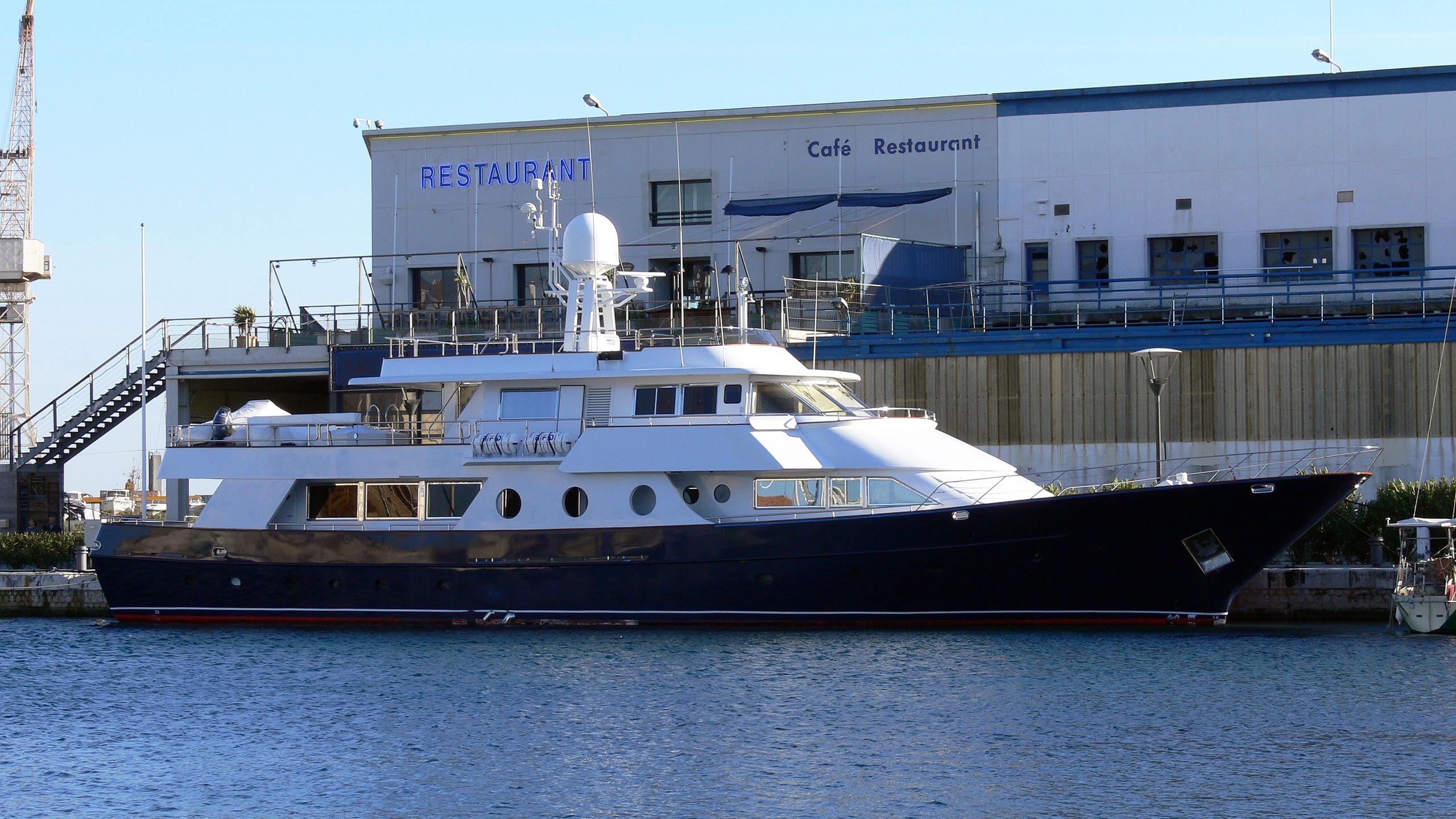 fayza-motor-yacht-nuevo-vulcano-1980-37m-profile