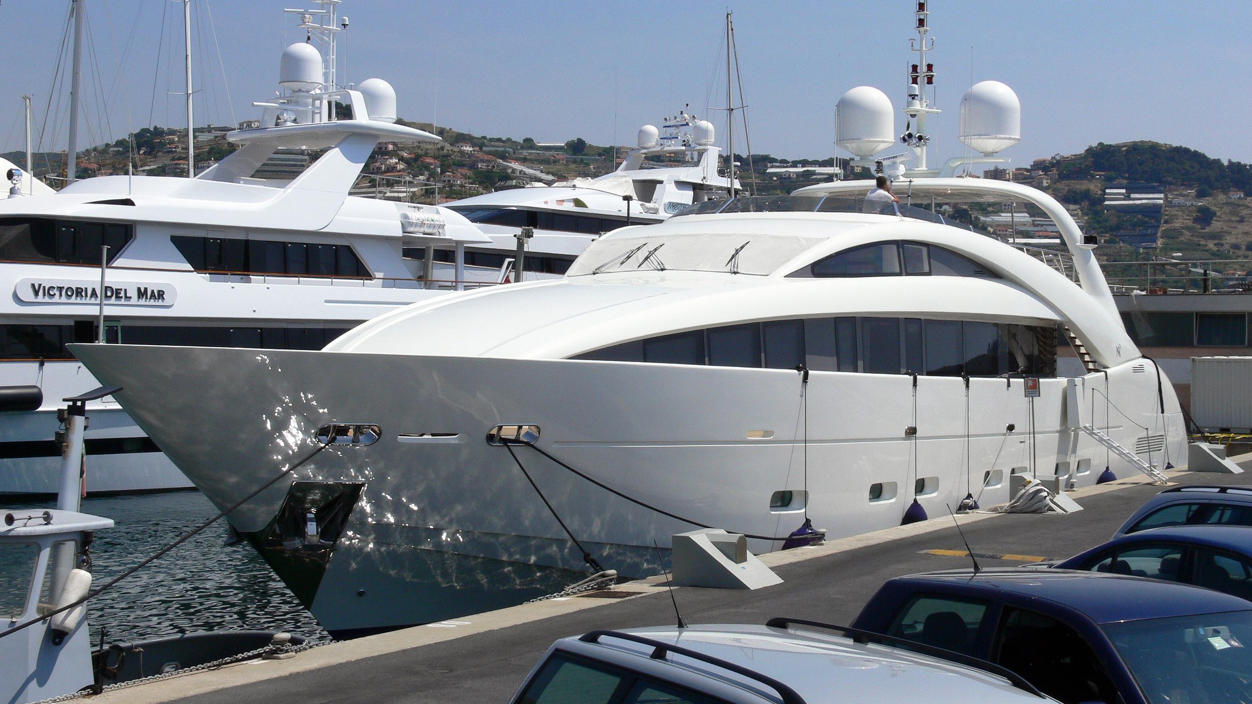 happy-hour-motor-yacht-isa-120-2005-37m-half-profile