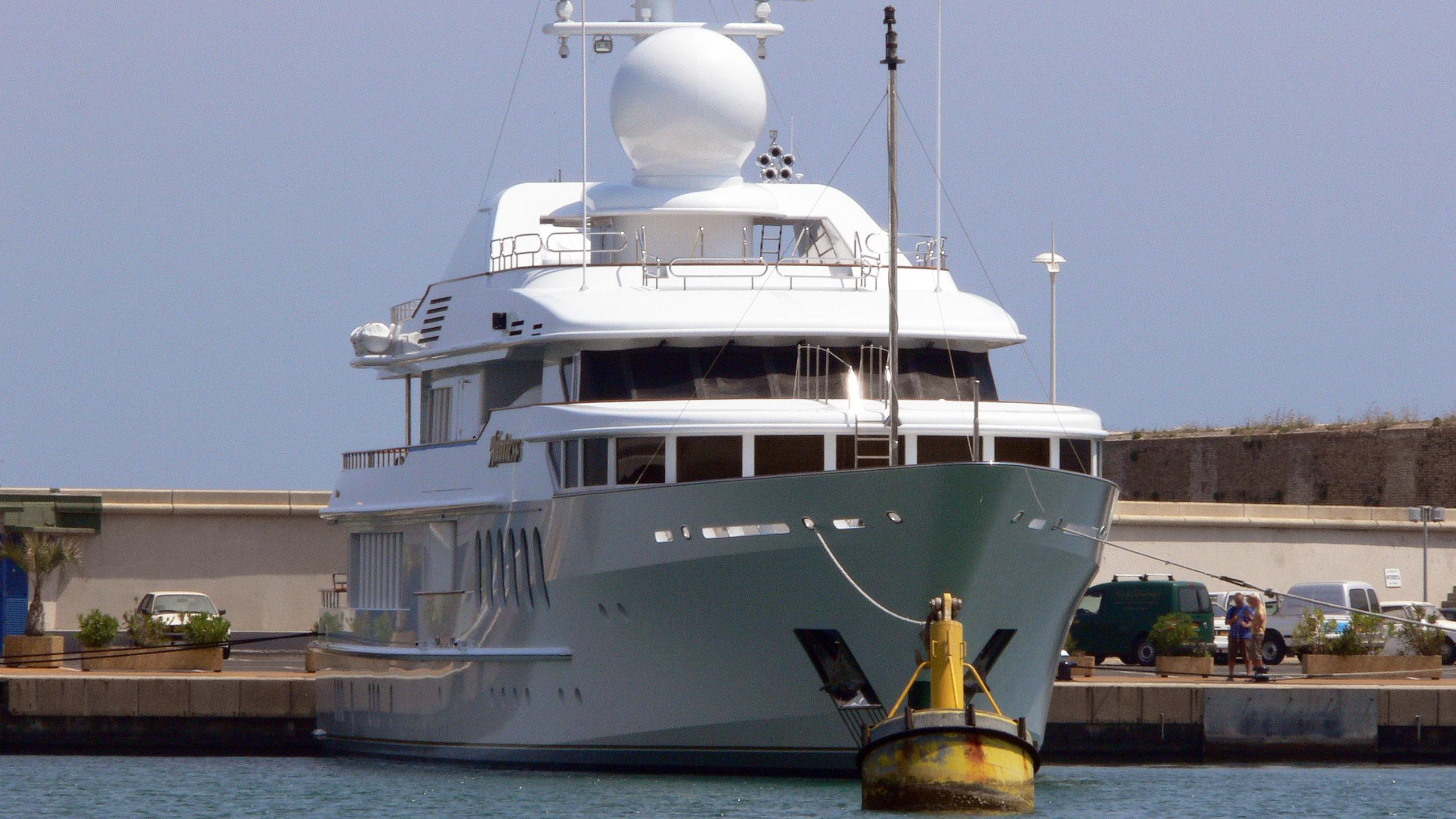 sea-huntress-huntress-motor-yacht-feadship-1997-55m-bow
