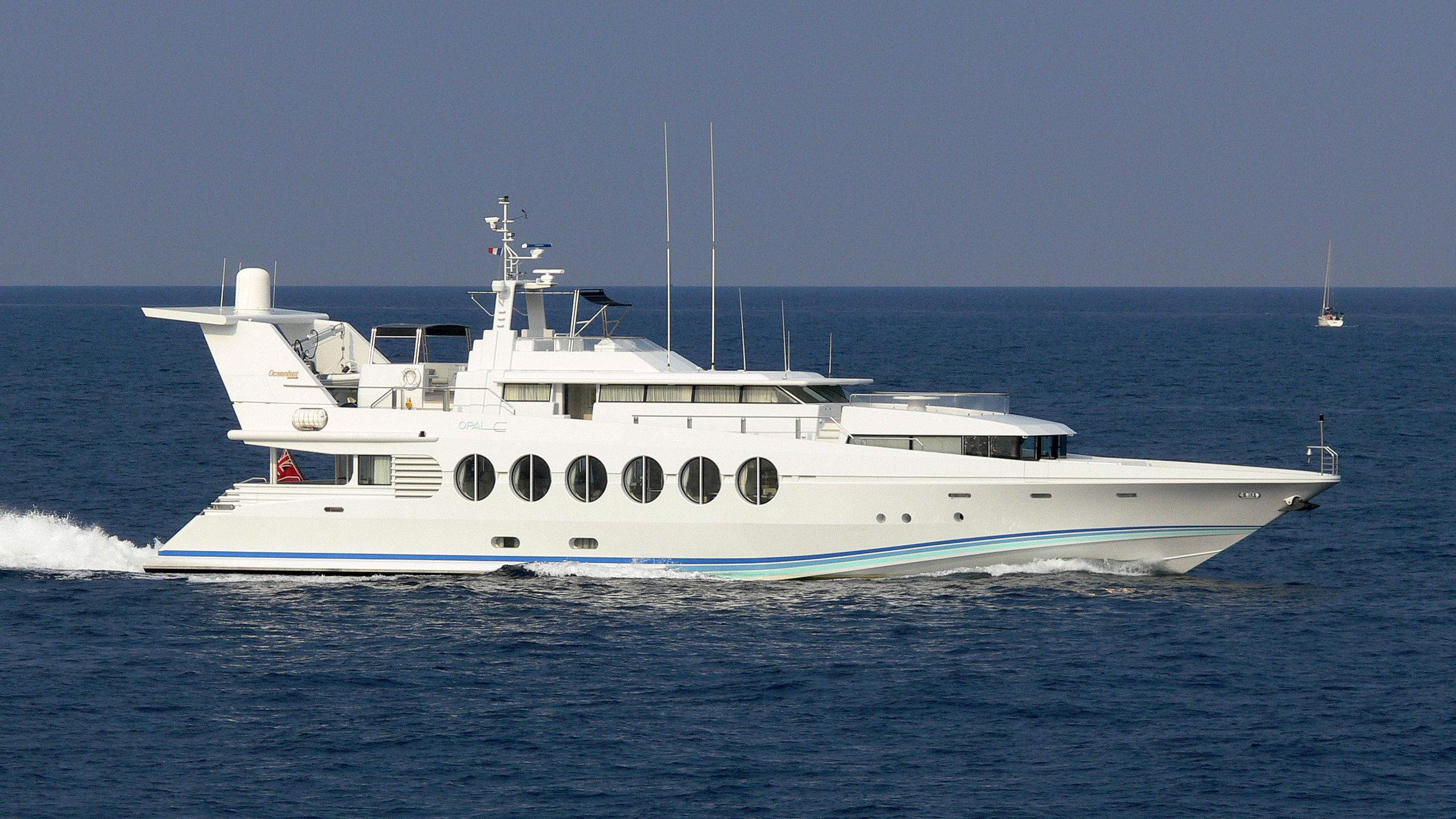 lady-arraya-motor-yacht-oceanfast-1990-40m-cruising-profile