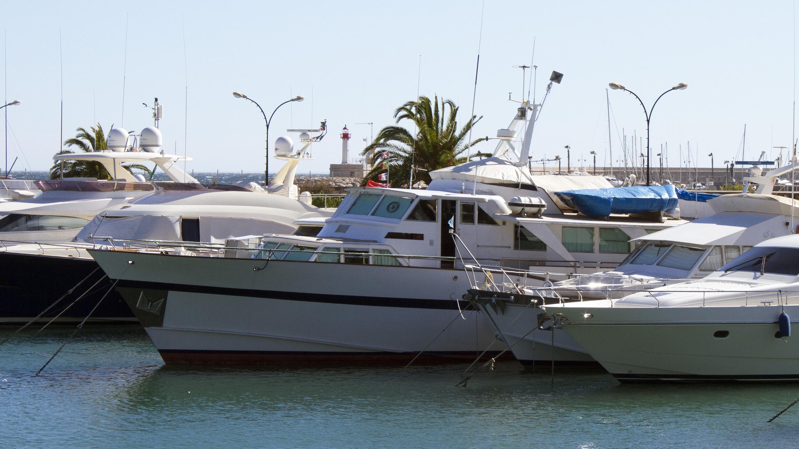 queen-v-motor-yacht-burmester-1970-26m-profile