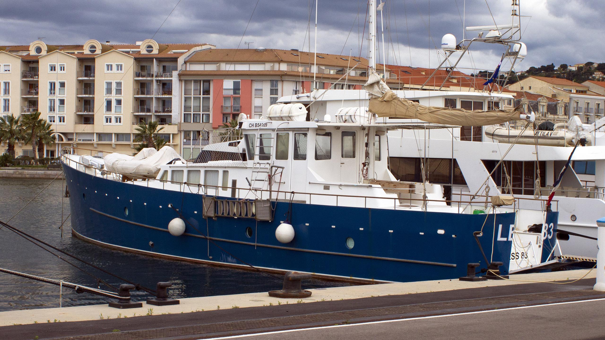 less-83-motor-yacht-cmn-2001-35m-half-profile