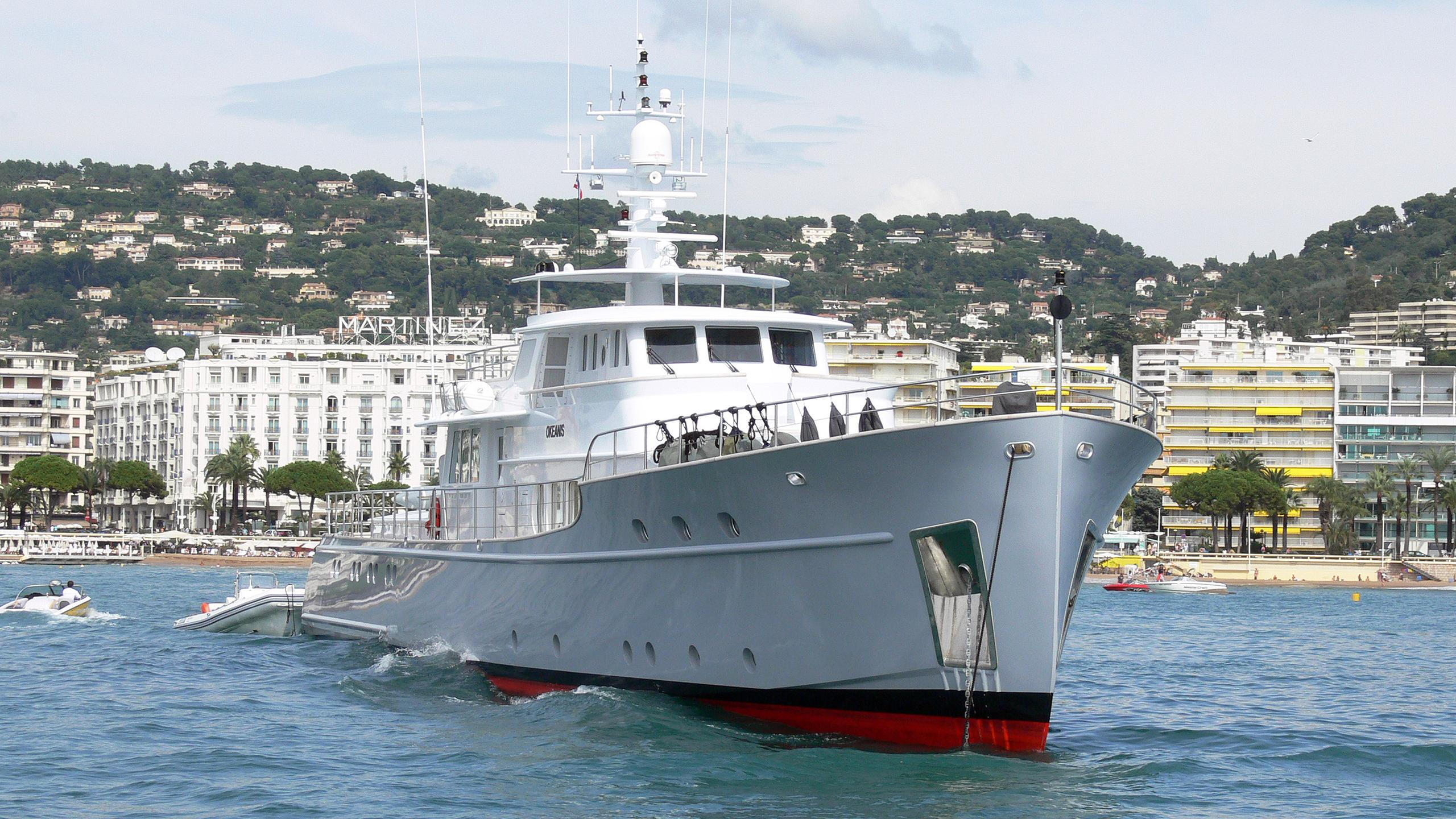 okeanis-motor-yacht-ocea-commuter-130-2003-40m-bow