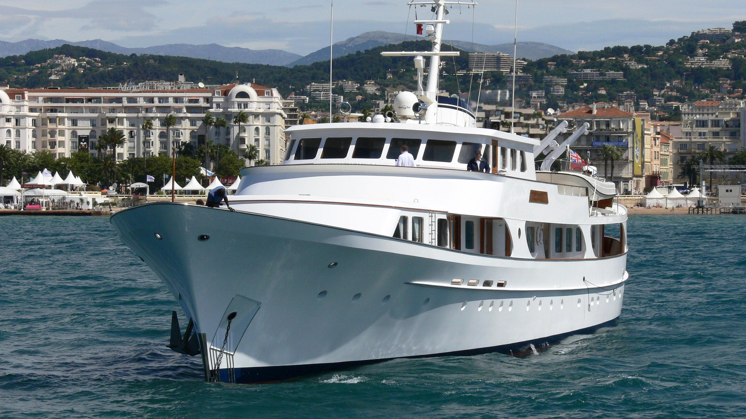 secret-life-motor-yacht-feadship-1973-45m-bow