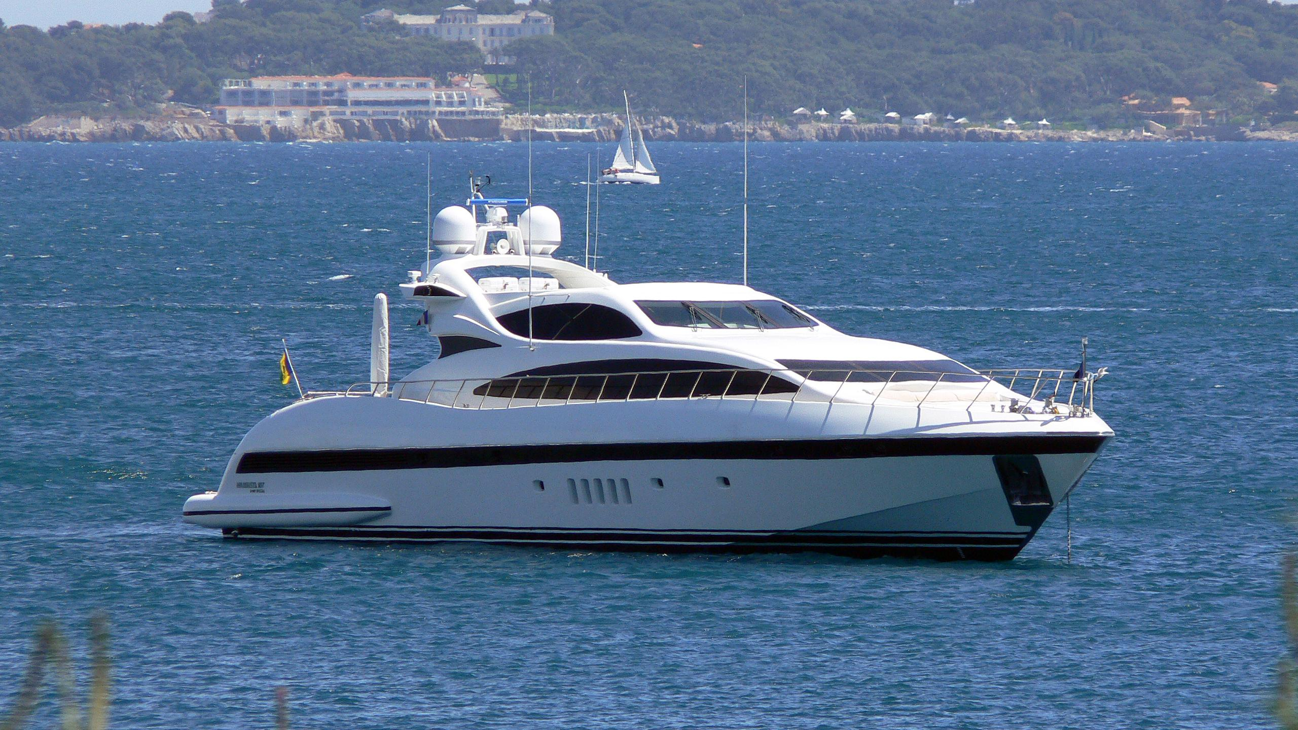 serenada-motor-yacht-overmarine-mangusta-105-2005-31m-half-profile