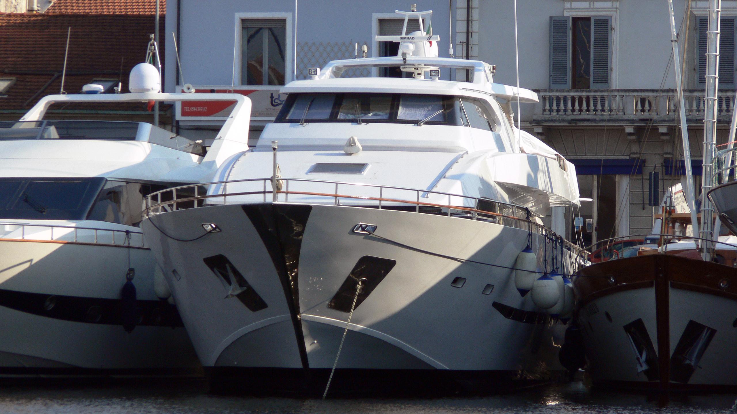 giava-motor-yacht-tigullio-castagnola-30m-2001-bow