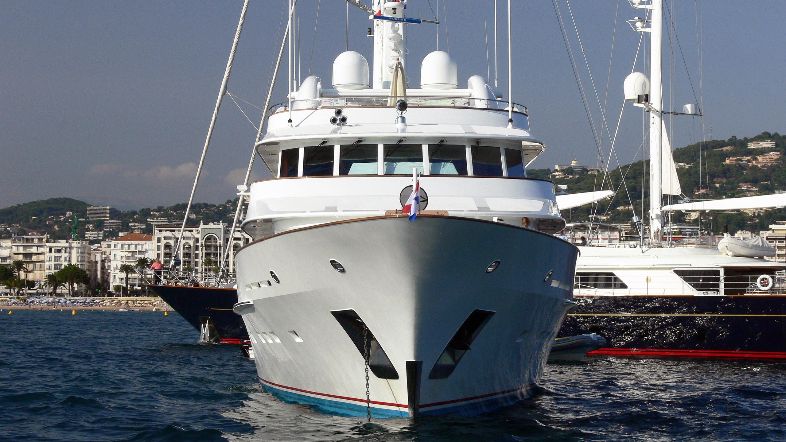 lady-duvera-motor-yacht-hakvoort-200-44m-bow