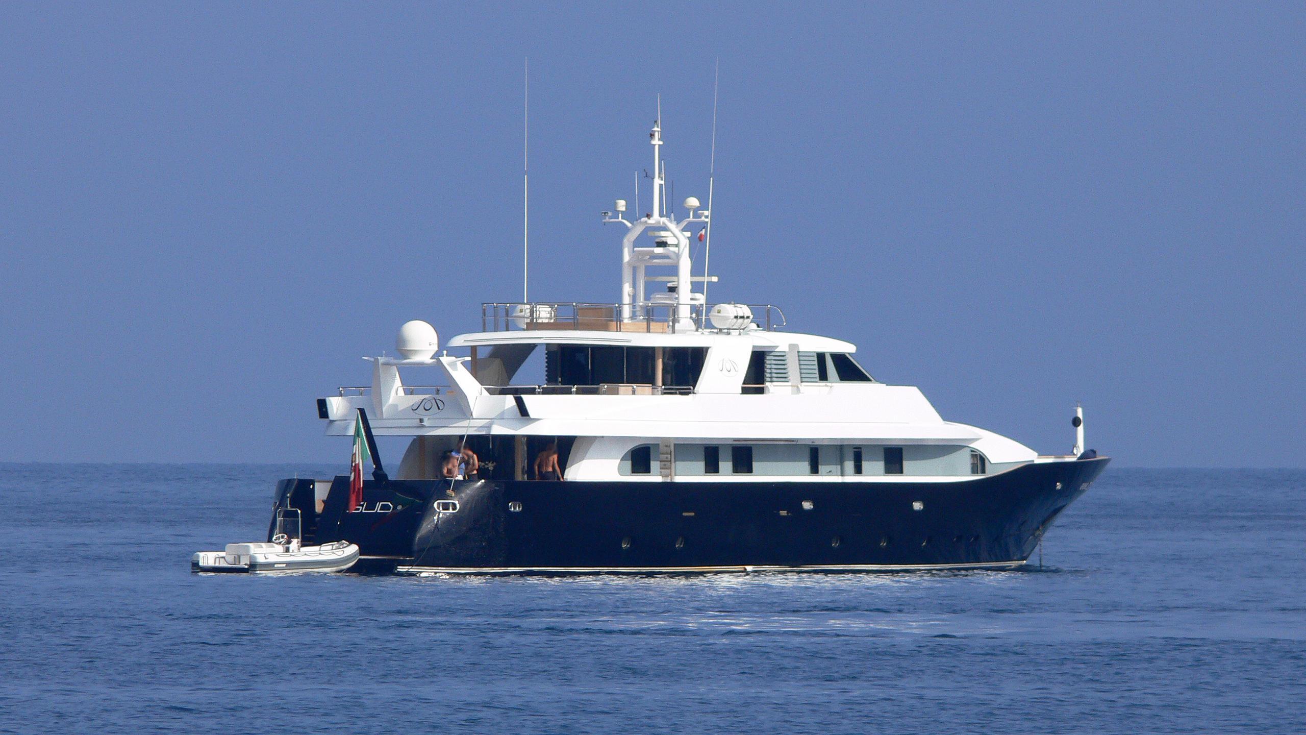lady-in-blue-motor-yacht-rossinvai-1999-39m-stern