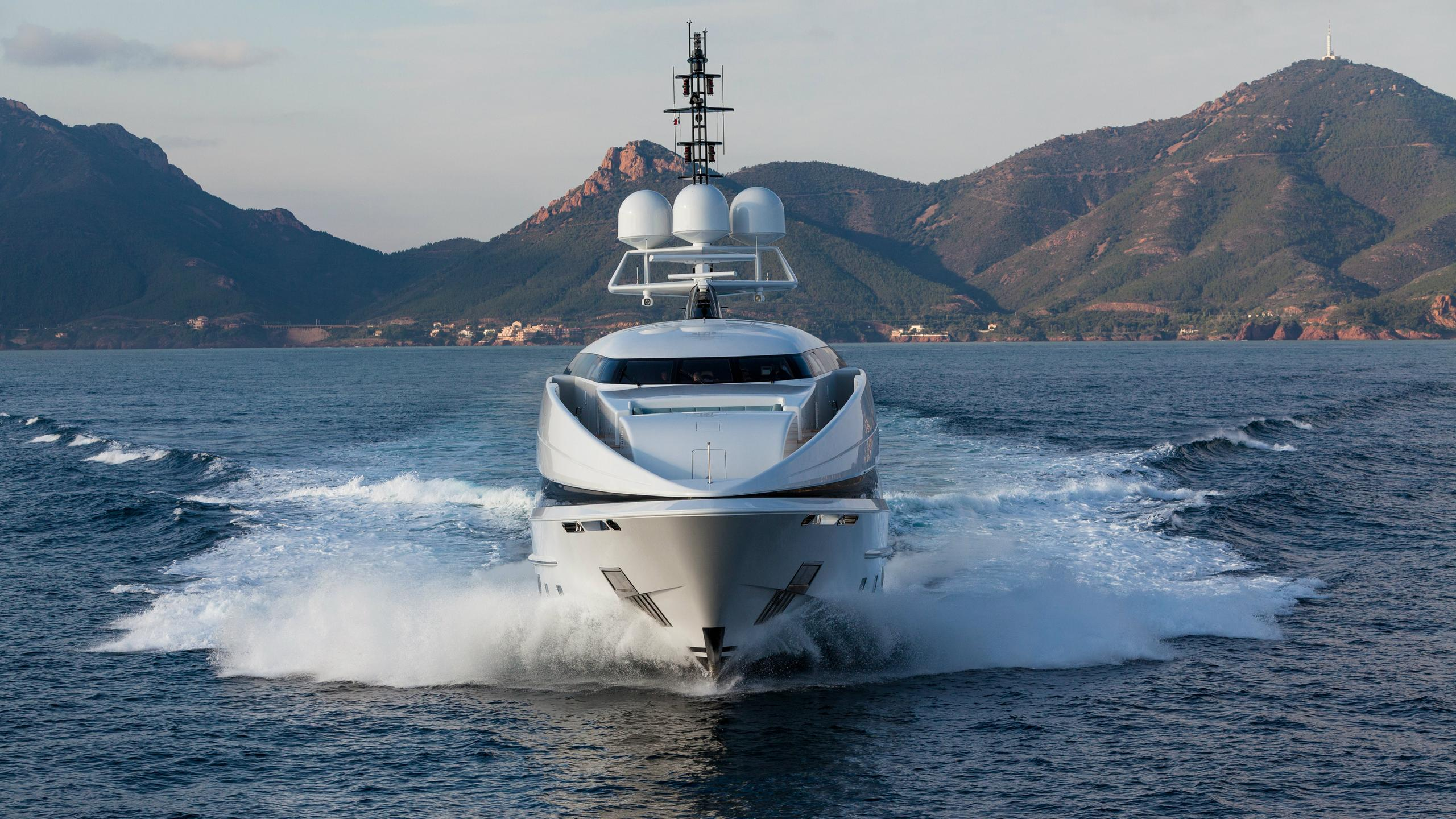crazy-me-motor-yacht-heesen-2013-50m-bow