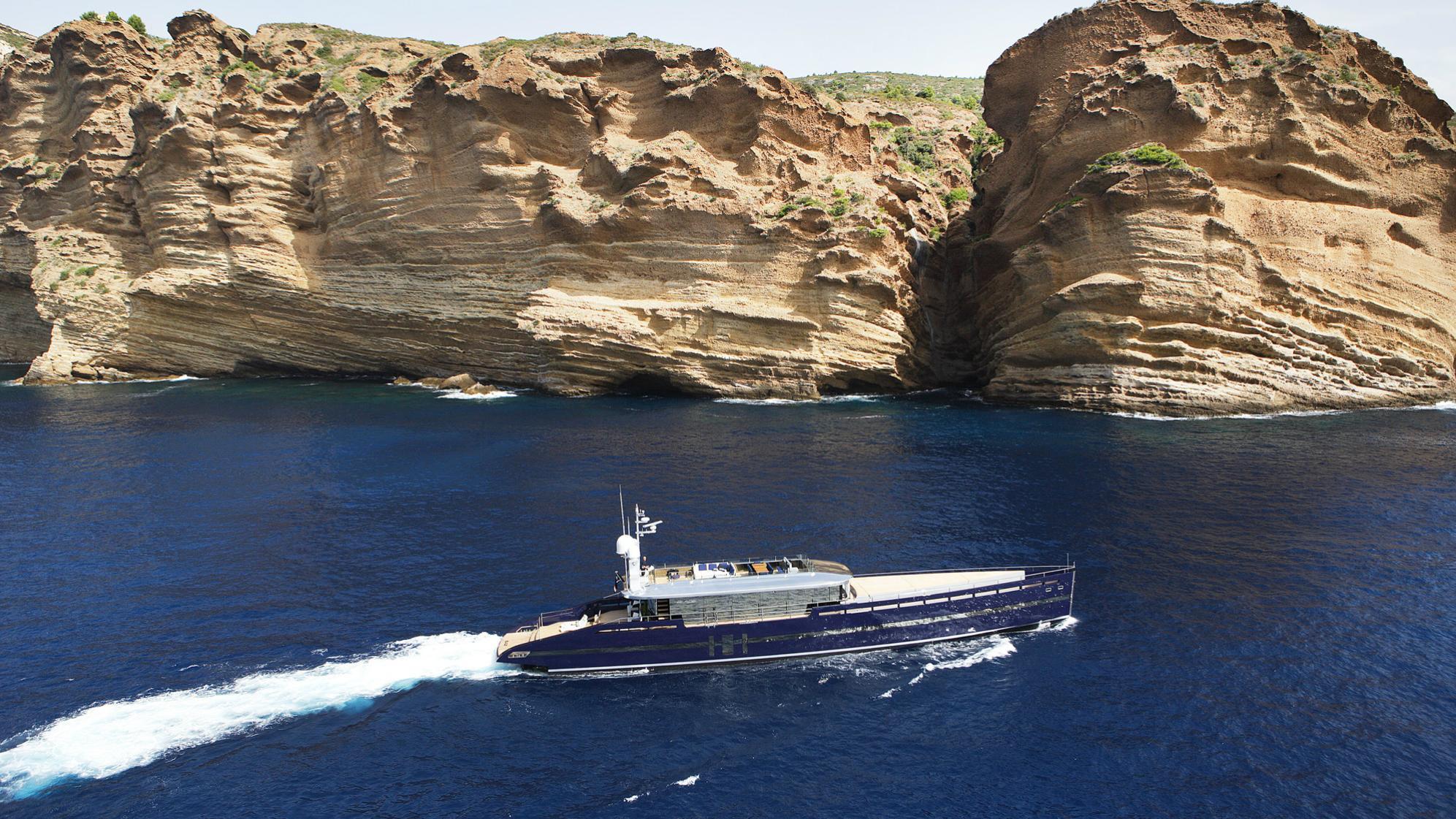 blade-motor-yacht-mmgi-2010-44m-profile-cruising