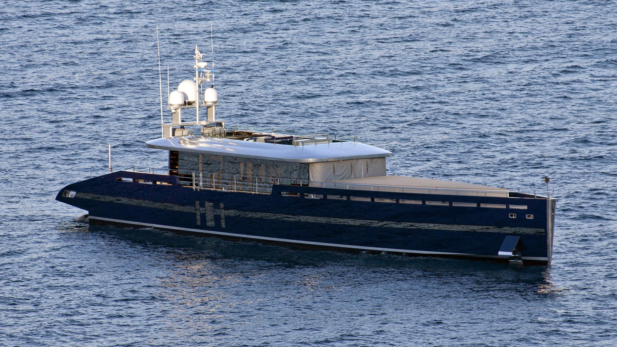 blade-motor-yacht-mmgi-2010-44m-exterior