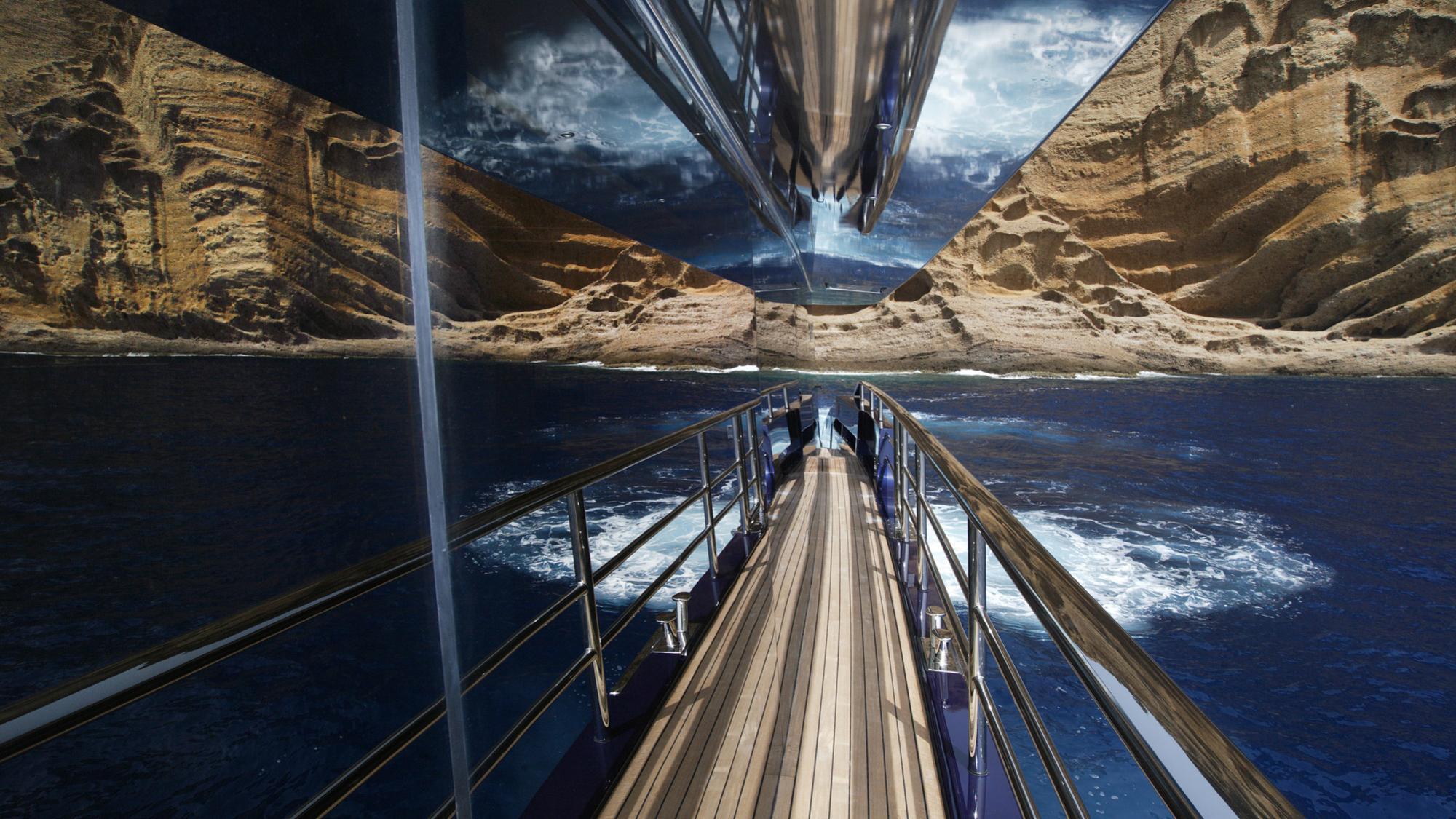 blade-motor-yacht-mmgi-2010-44m-side-detail