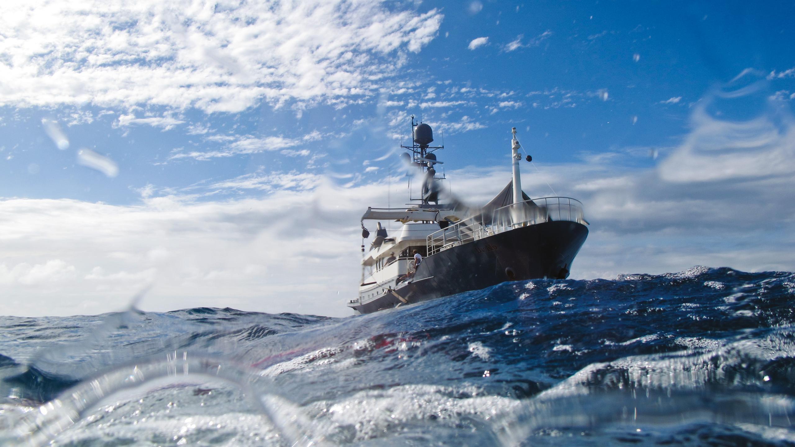 dr-no-explorer-yacht-narasaki-1995-37m-distance