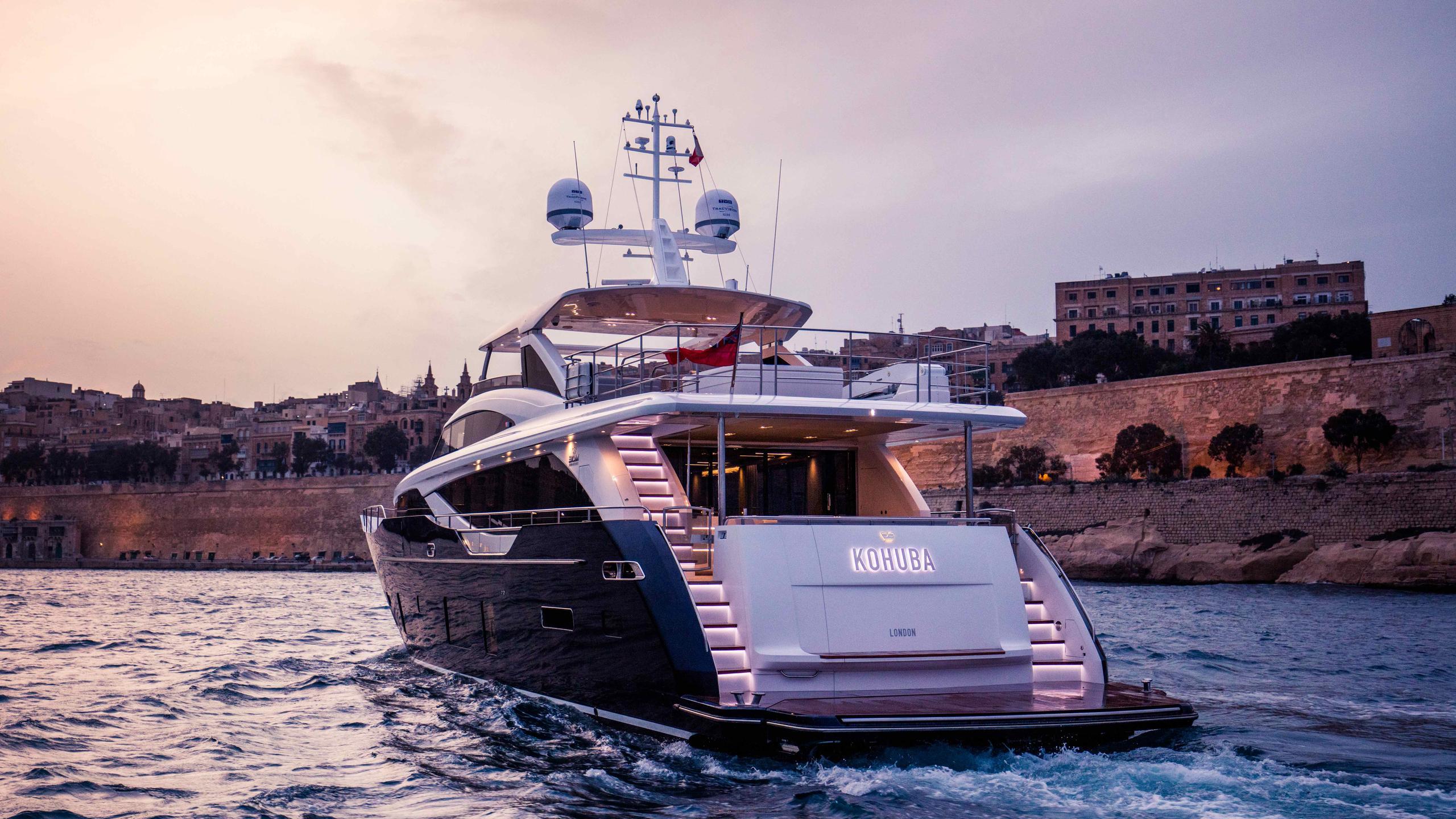kohuba-motor-yacht-princess-2016-30m-stern-cruising