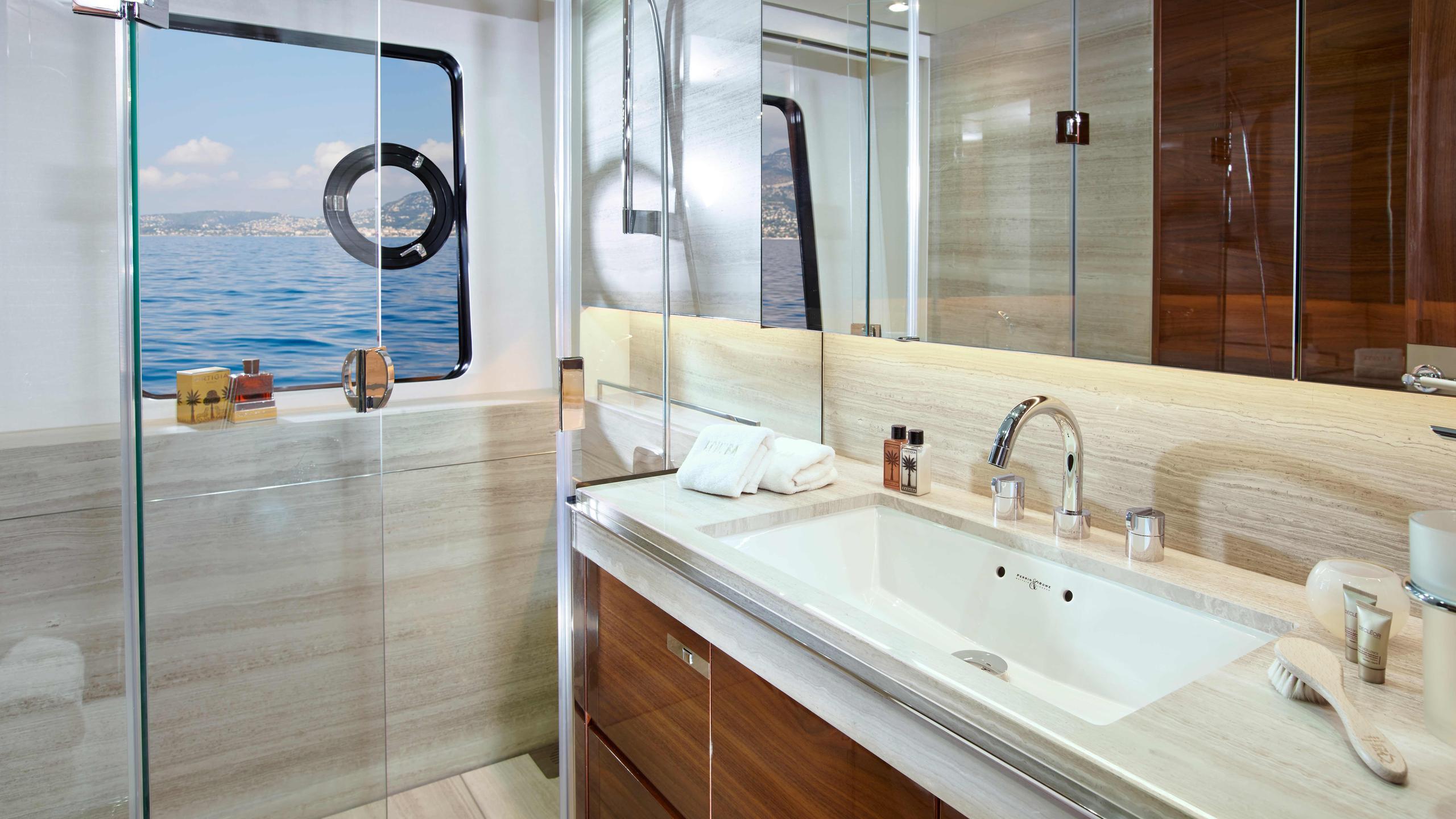 kohuba-motor-yacht-princess-2016-30m-bathroom