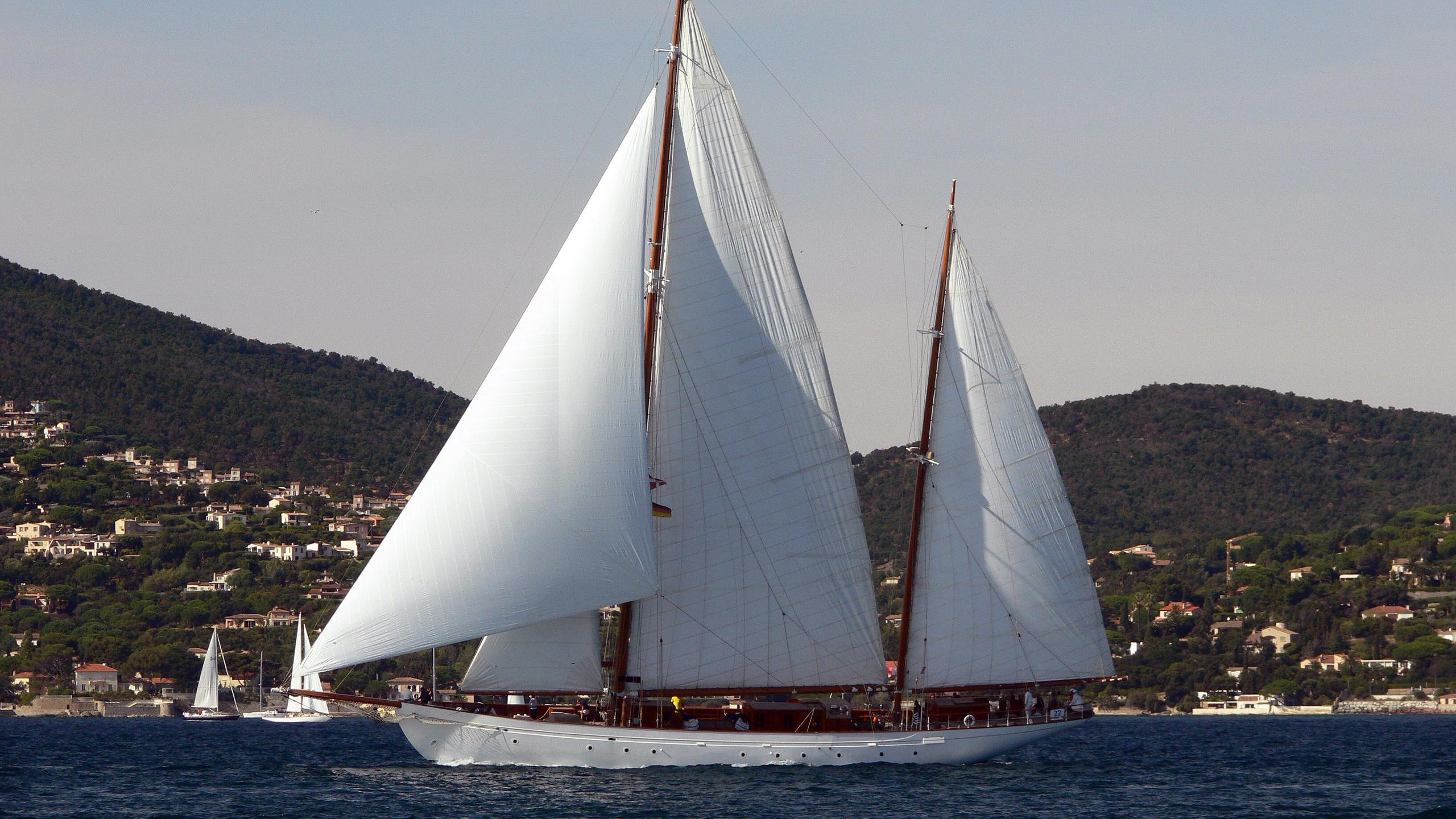 sylvia-sailing-yacht-camper-nicholsons-1925-44m-cruising-profile