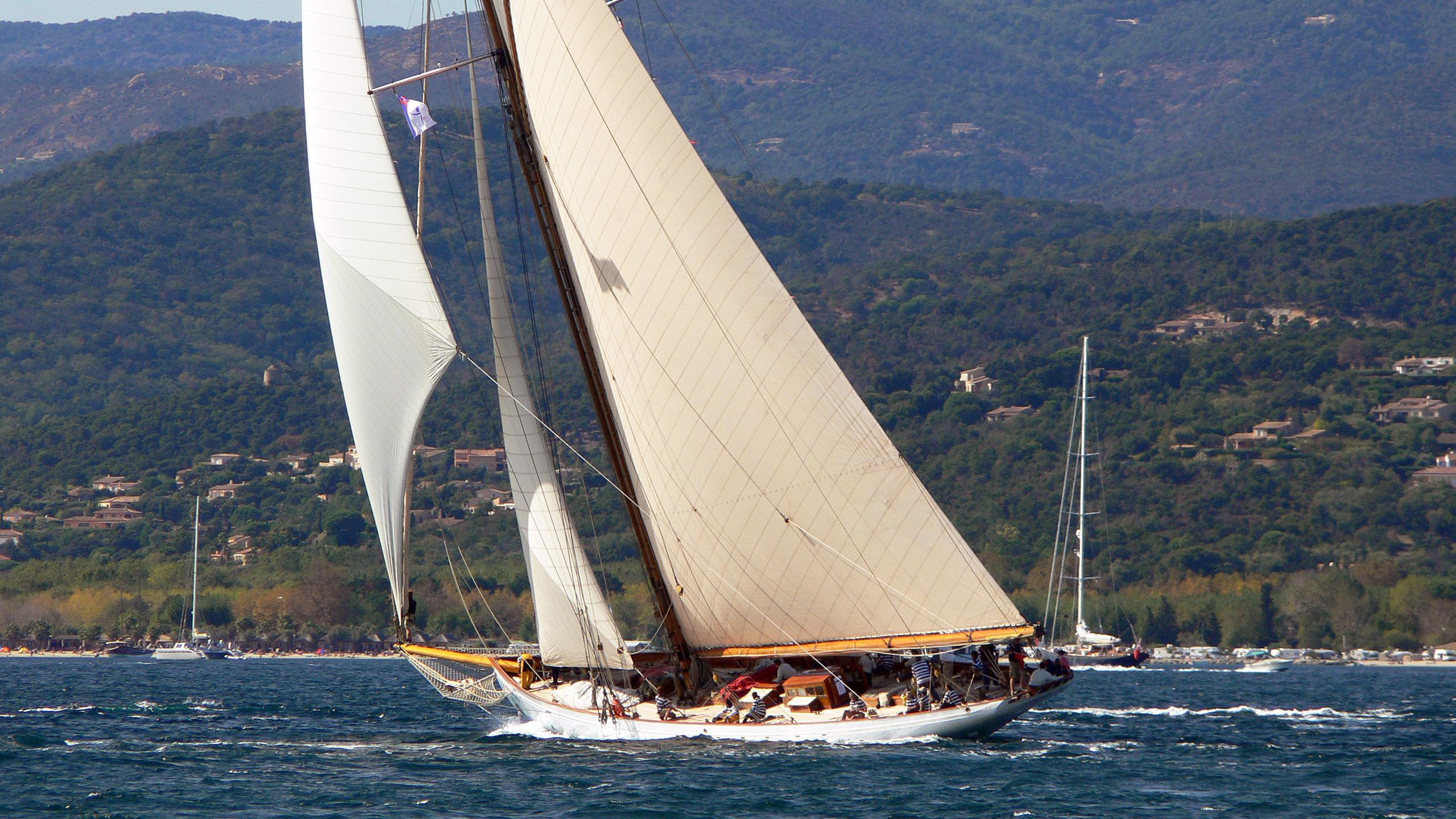 lulworth-sailing-yacht-white-hw-1920-46m-cruising-stern