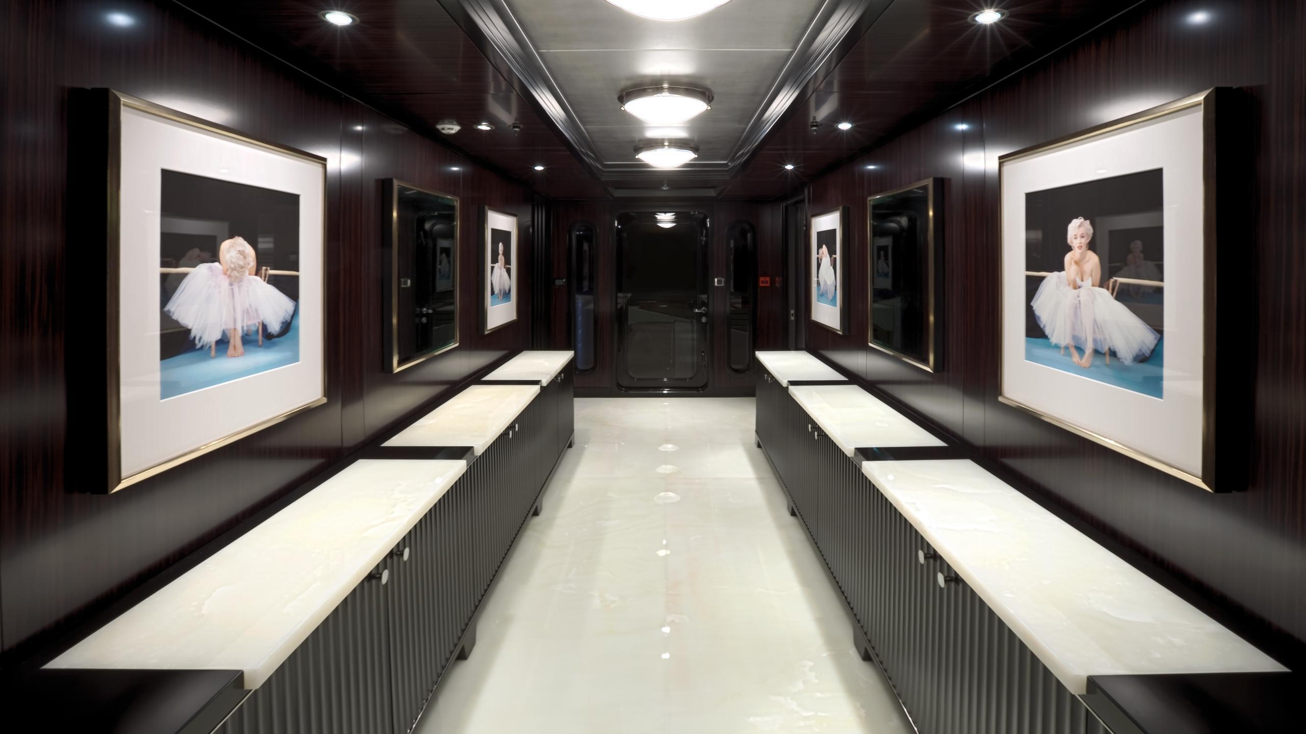 CARPE-DIEM-motor-yacht-trinity-2011-58m-hallway