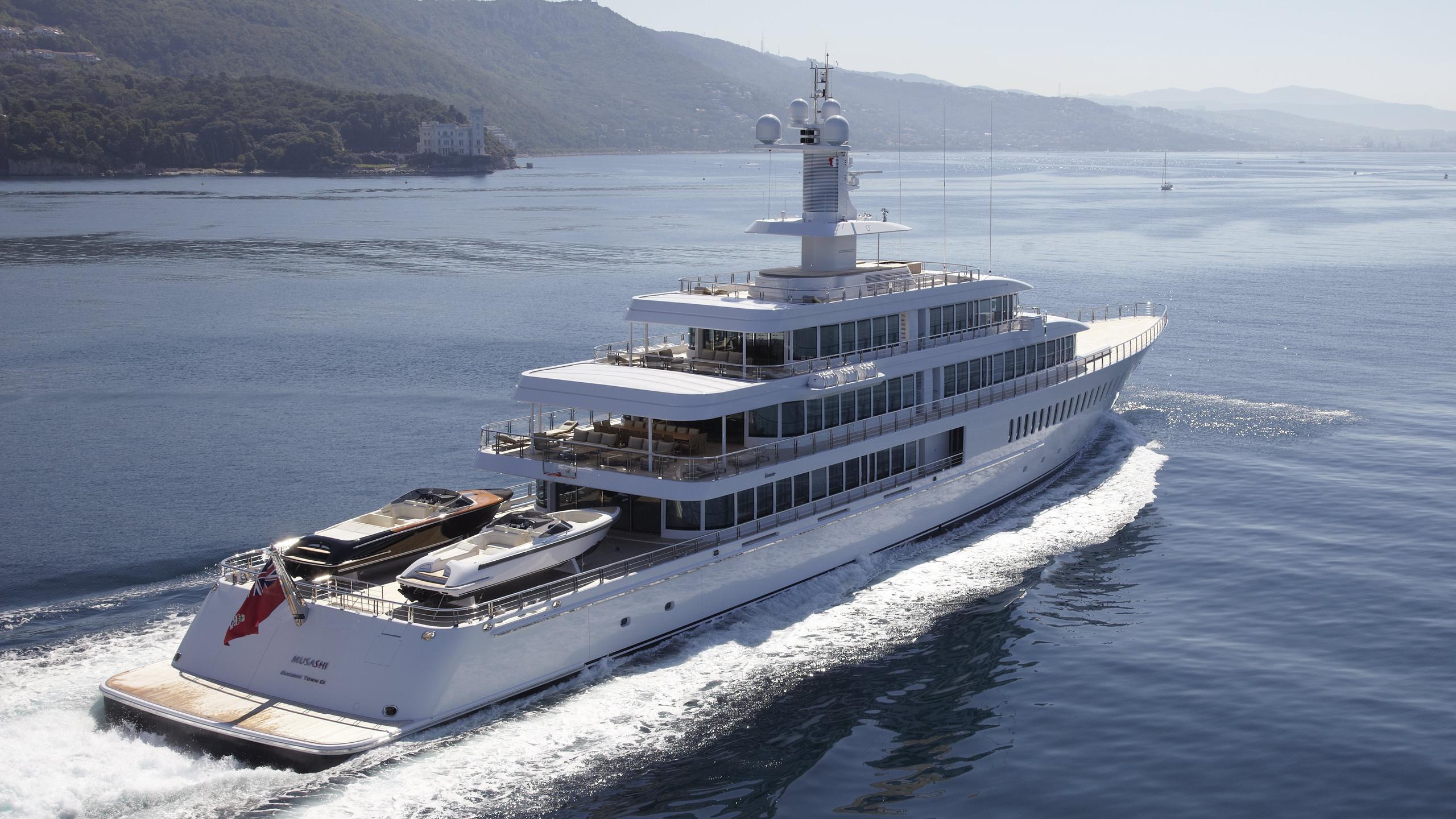 musashi-motor-yacht-feadhsip-2011-88m-stern-cruising