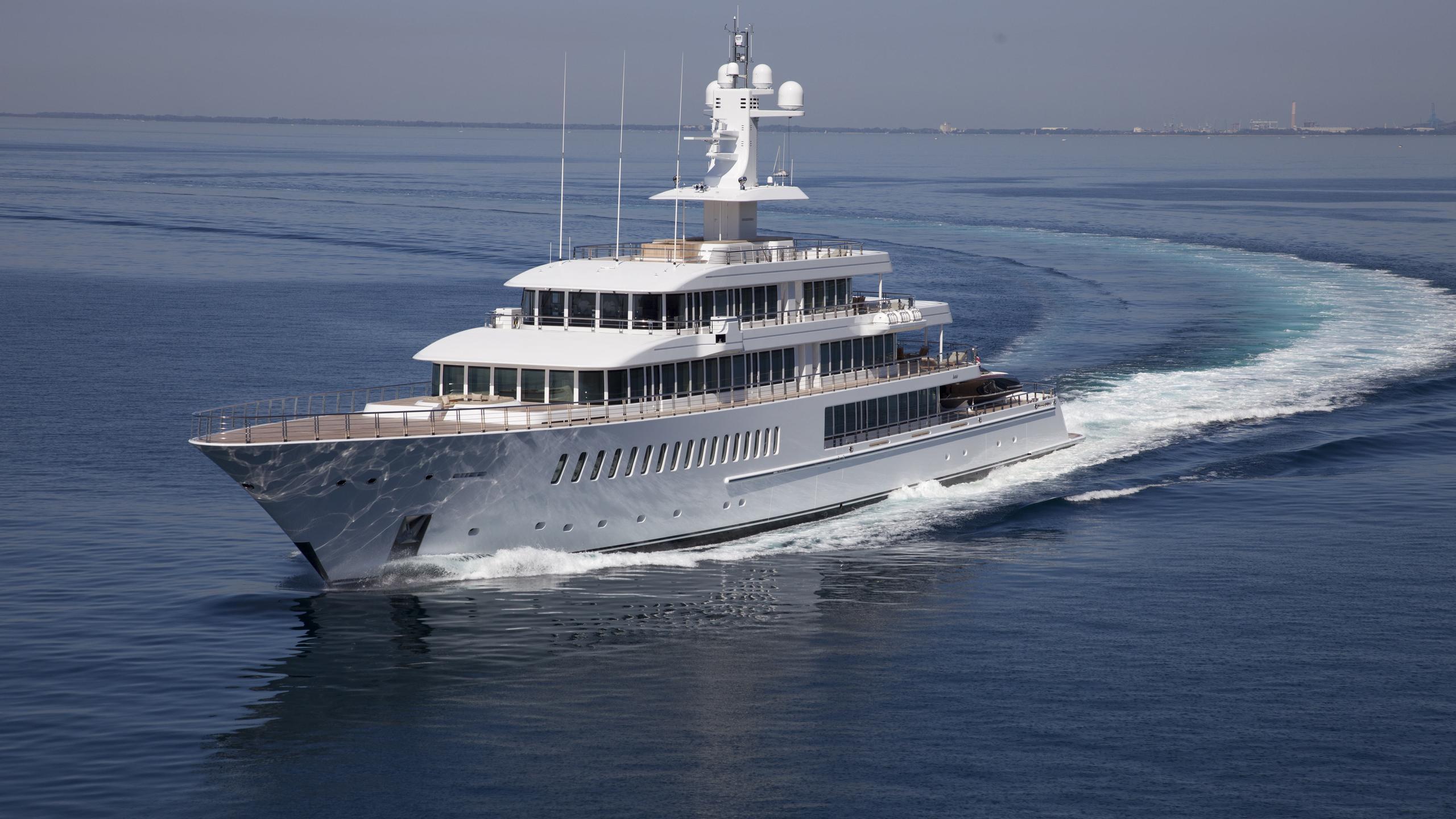 musashi-motor-yacht-feadhsip-2011-88m-bow-cruising