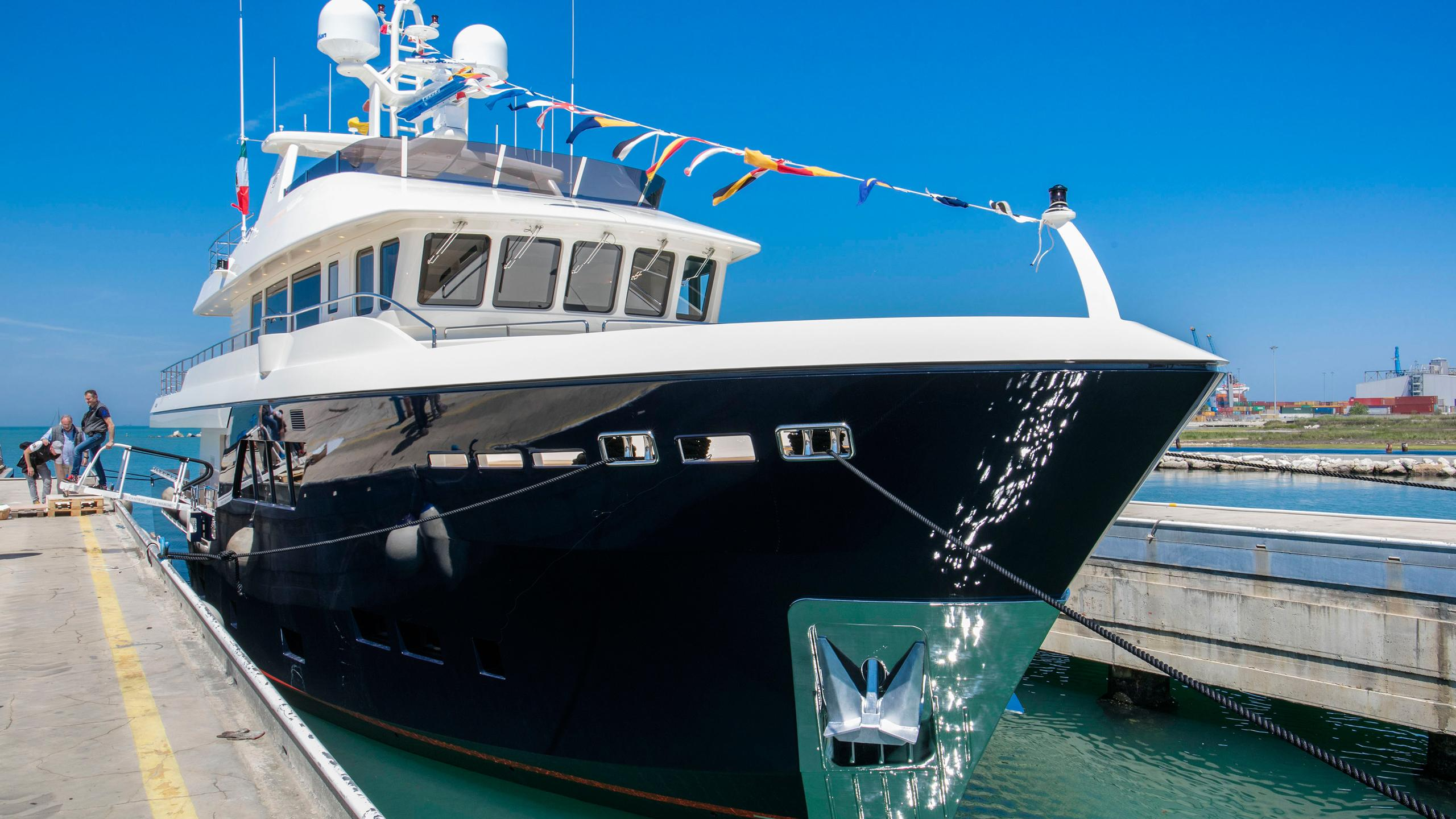 babbo-motor-yacht-cantiere-delle-marche-darwin-102-2016-31m-bow