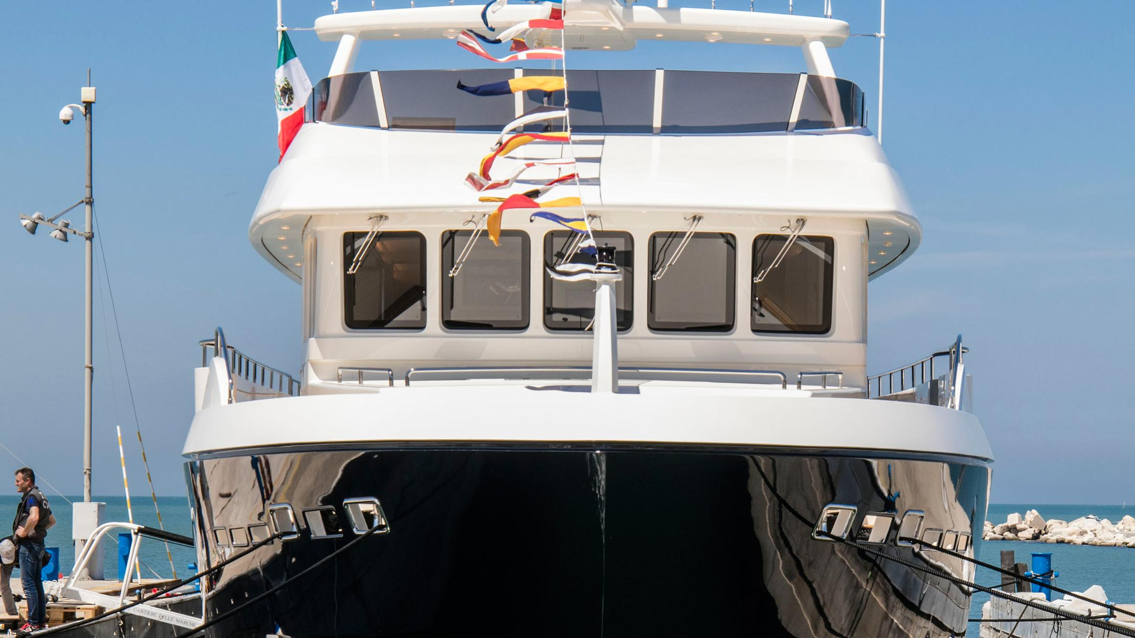 babbo-motor-yacht-cantiere-delle-marche-darwin-102-2016-31m-bow-moored