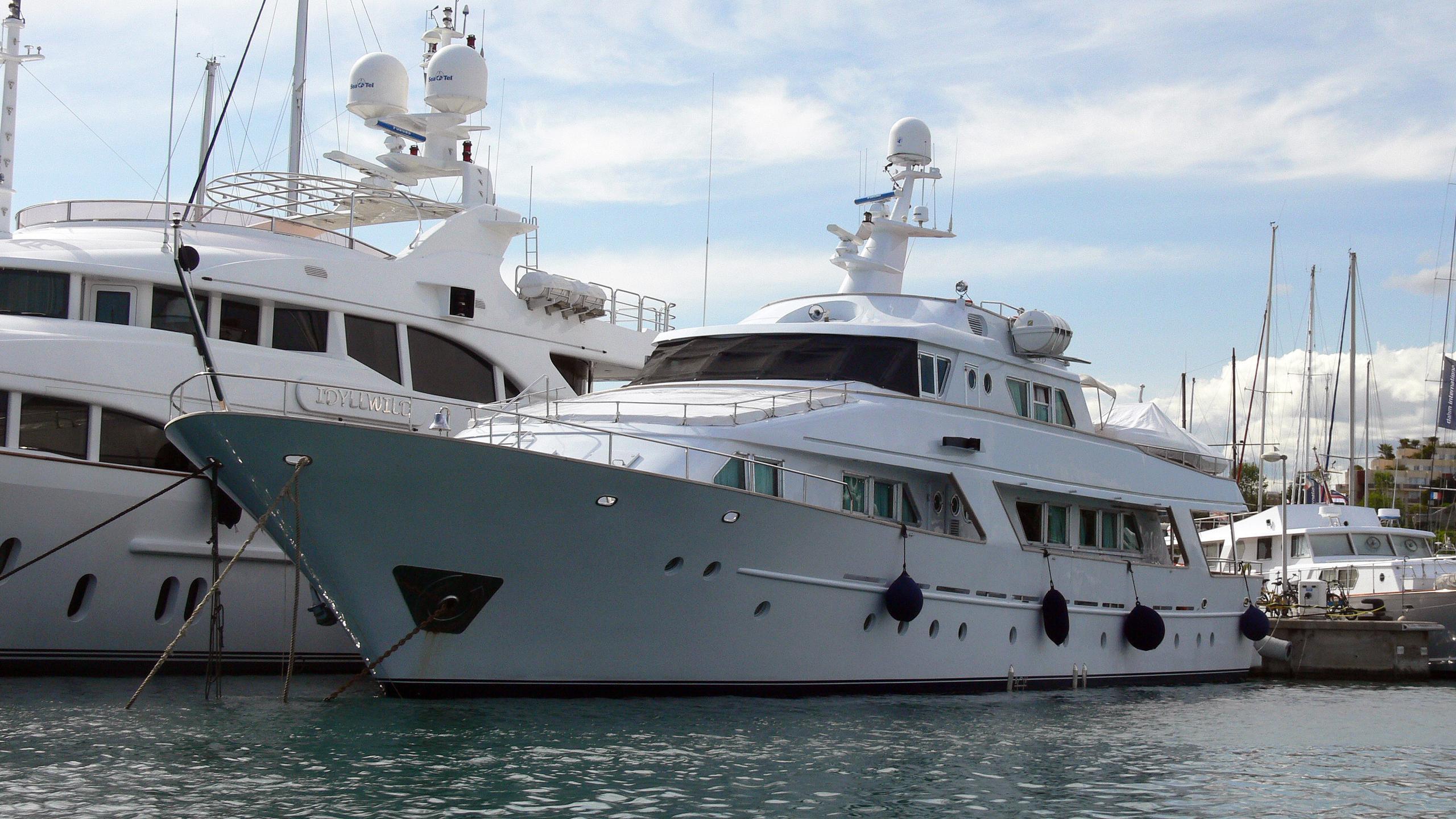 freemont-motor-yacht-benetti-1983-34m-half-profile
