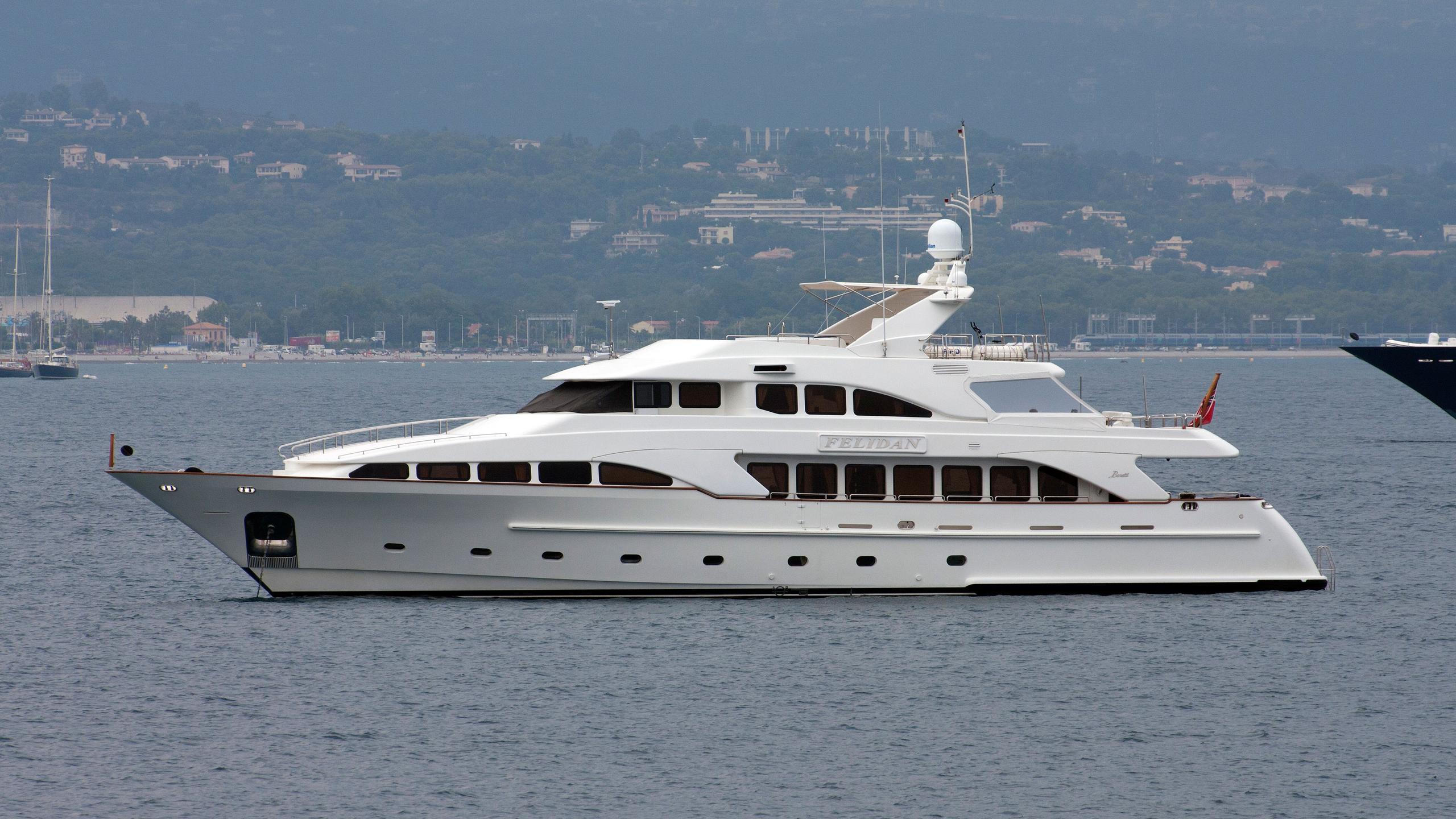 gallus-motor-yacht-benetti-classic-115-1999-35m-moored-profile