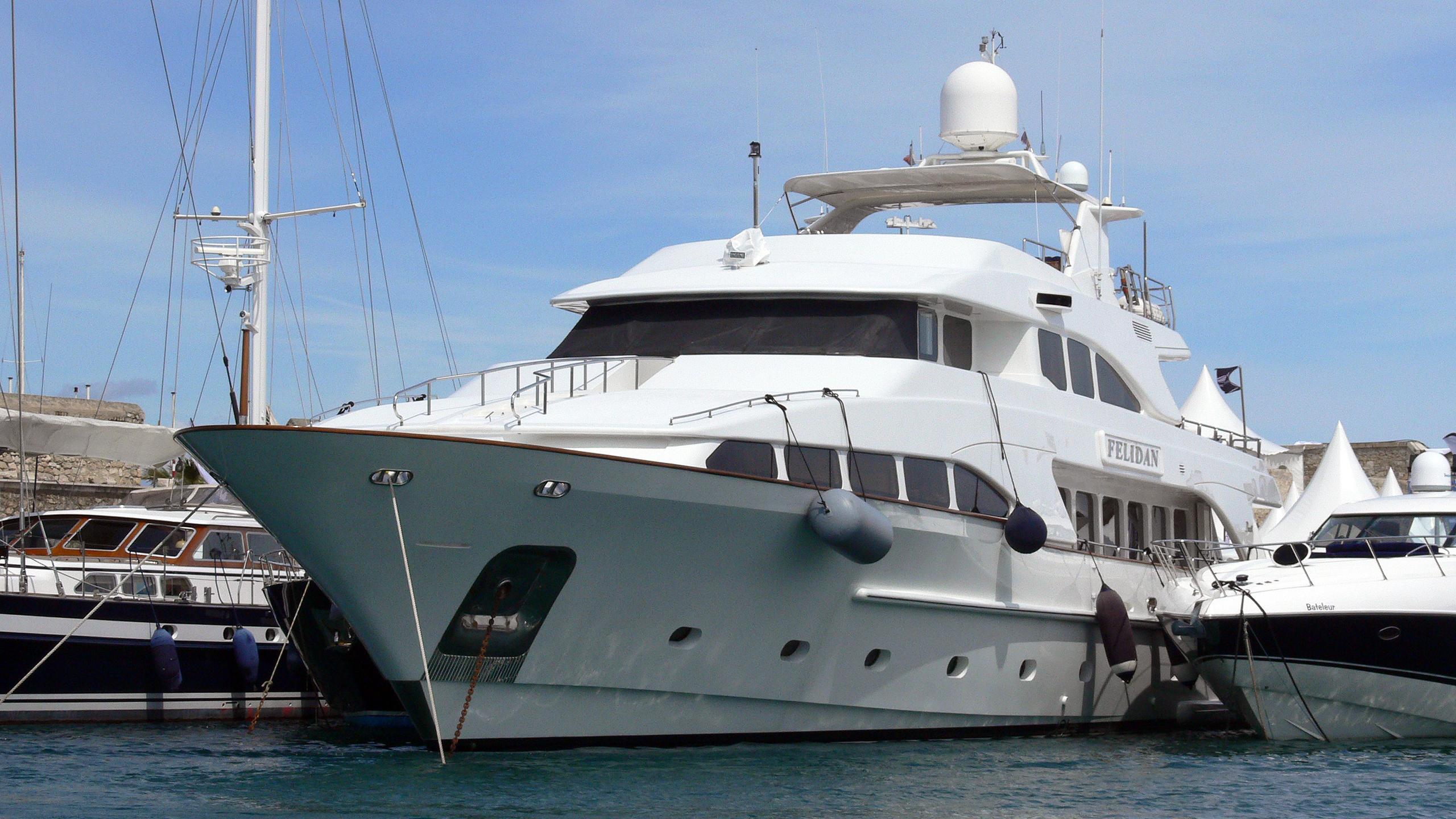 gallus-motor-yacht-benetti-classic-115-1999-35m-moored-stern