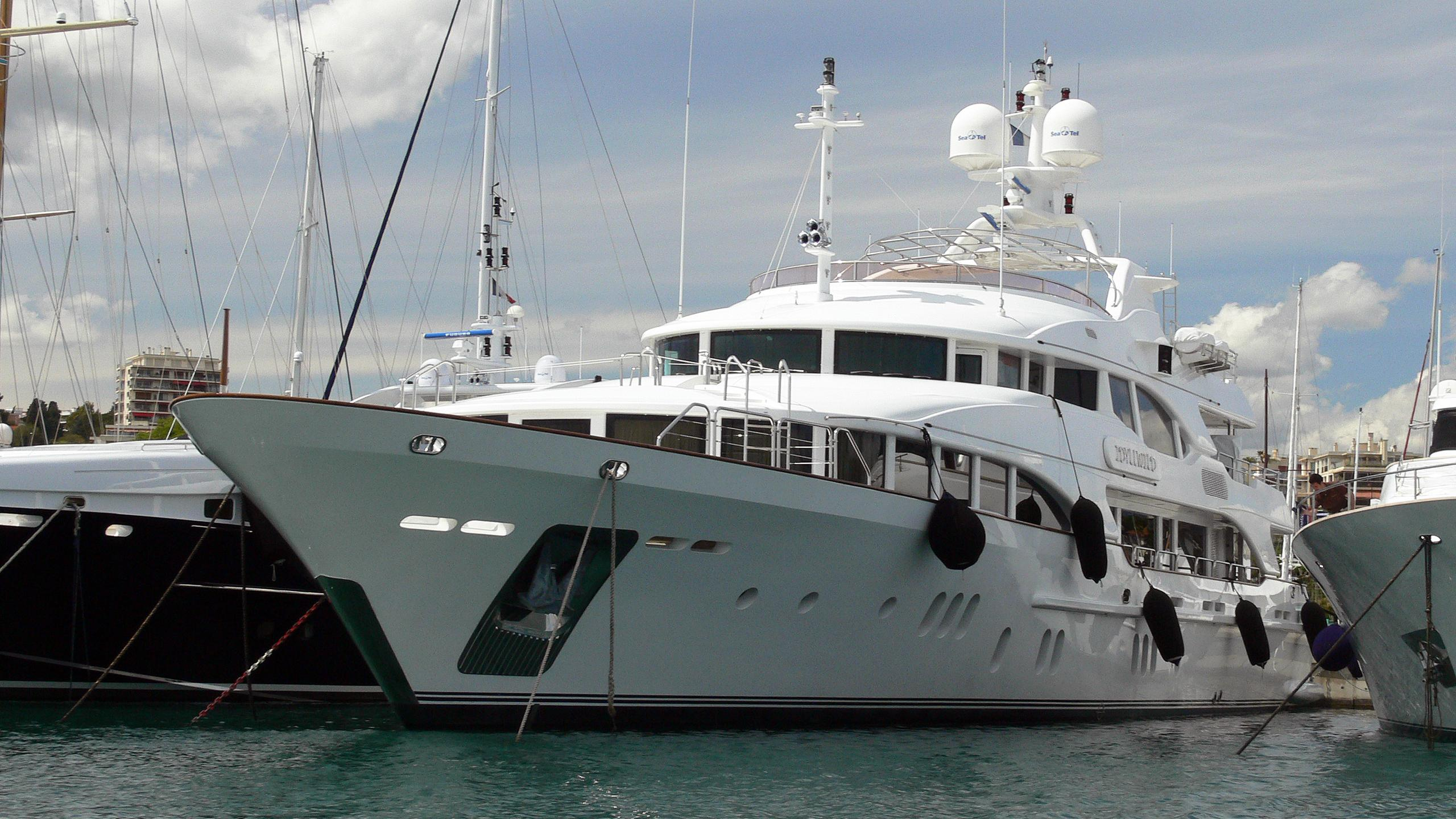 idyllwild-motor-yacht-benetti-vision-2005-44m-moored-bow