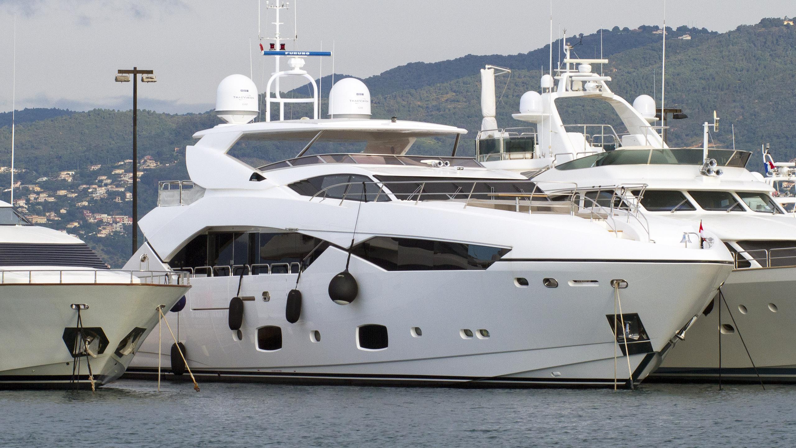 maoro-motor-yacht-sunseeker-115sy-2013-35m-half-profile