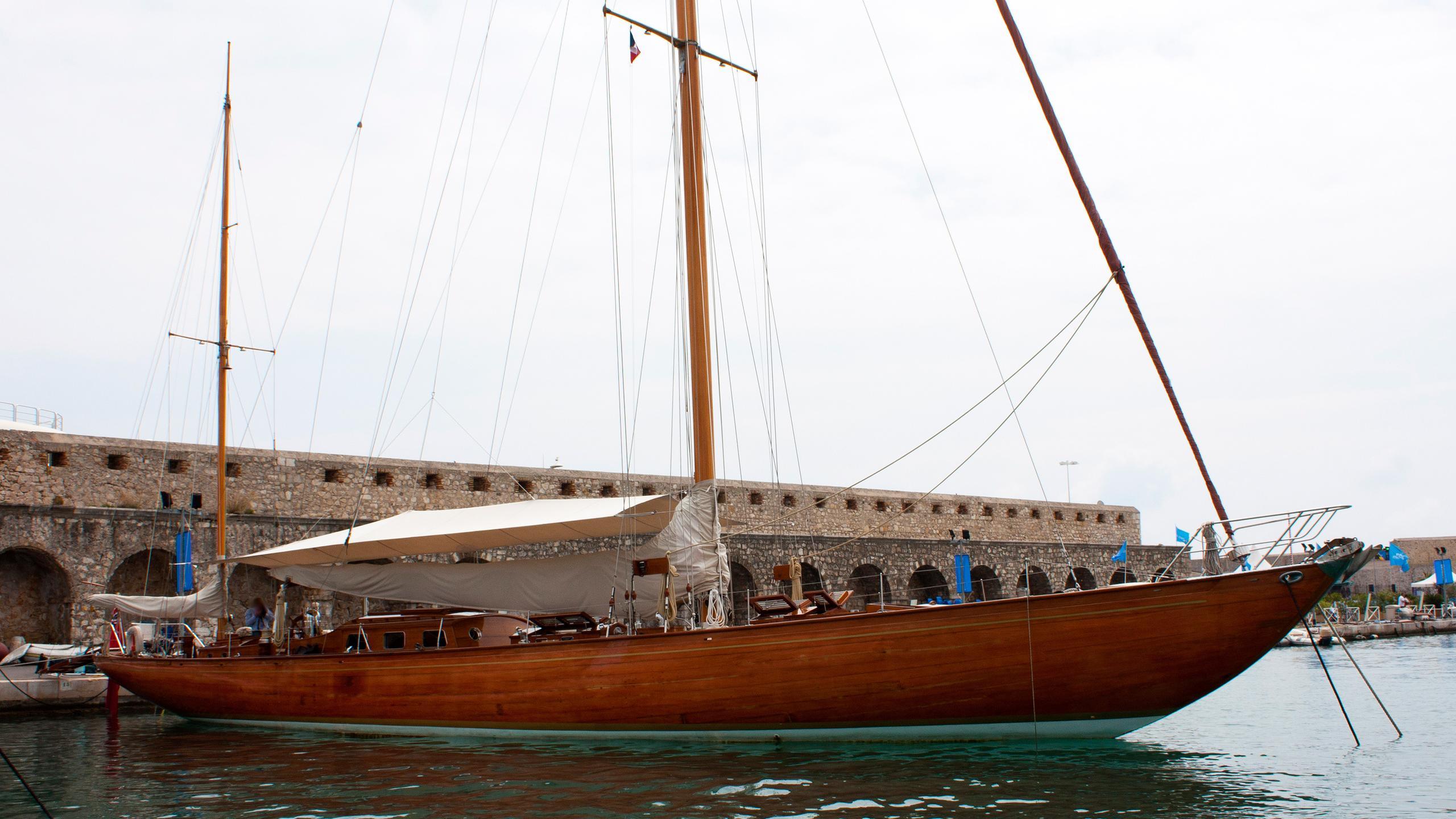 agneta-classic-sailing-yacht-plym-1951-25m-moored-half-profile