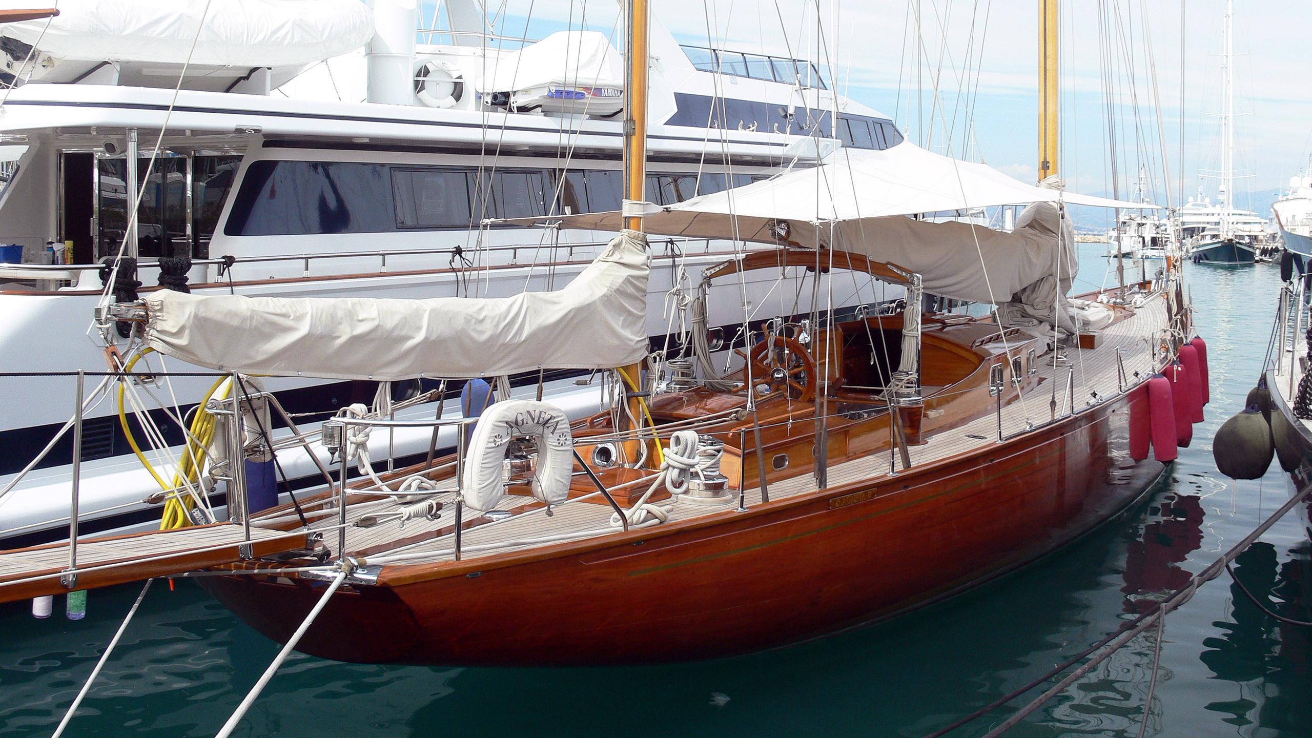 agneta-classic-sailing-yacht-plym-1951-25m-moored-stern