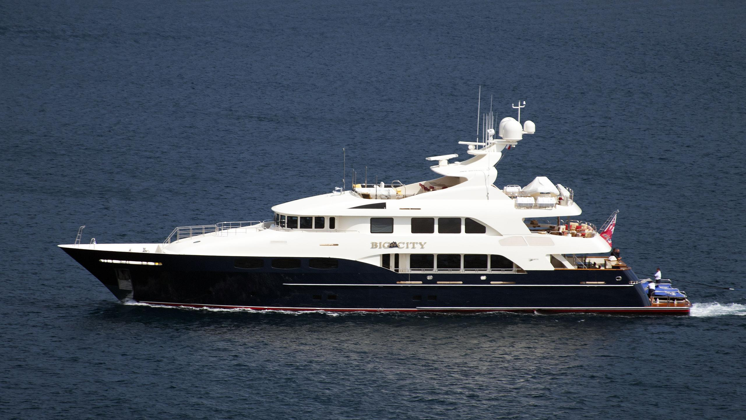 waku-motor-yacht-trinity-2009-43m-running-profile